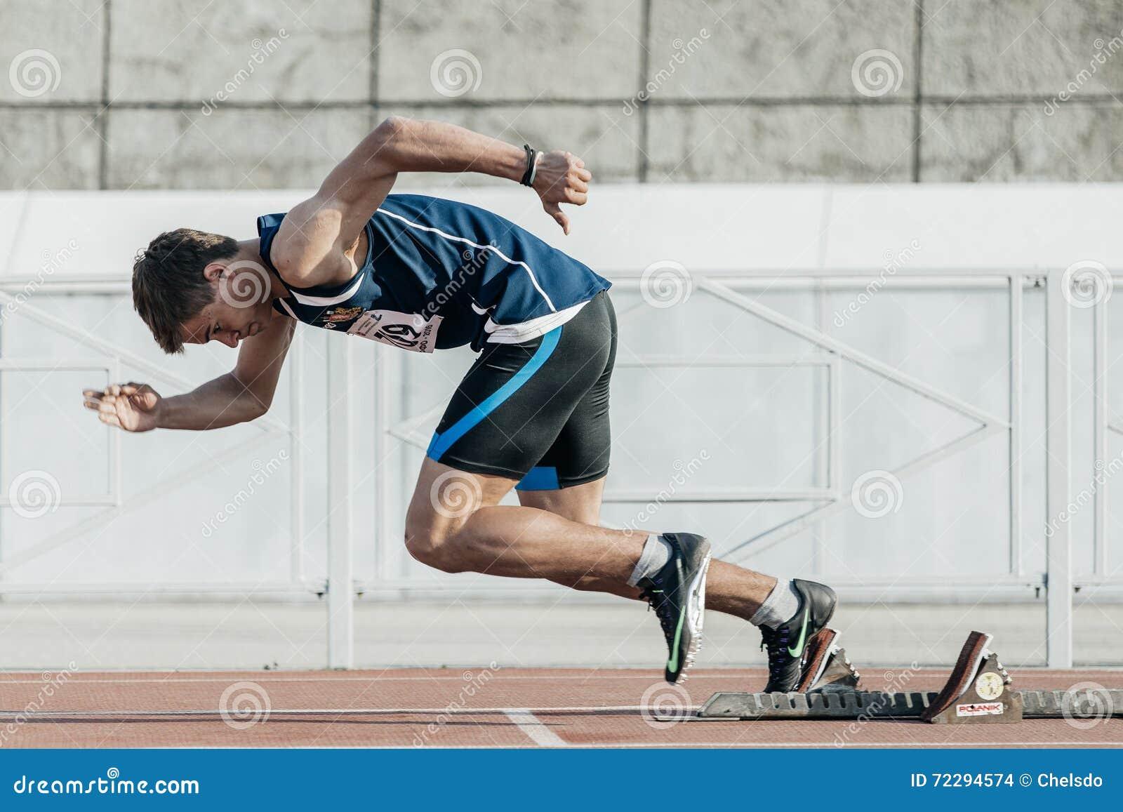 Download Мужской бегун начинает от начиная блоков на расстоянии 400 метров Редакционное Стоковое Изображение - изображение насчитывающей линия, бег: 72294574