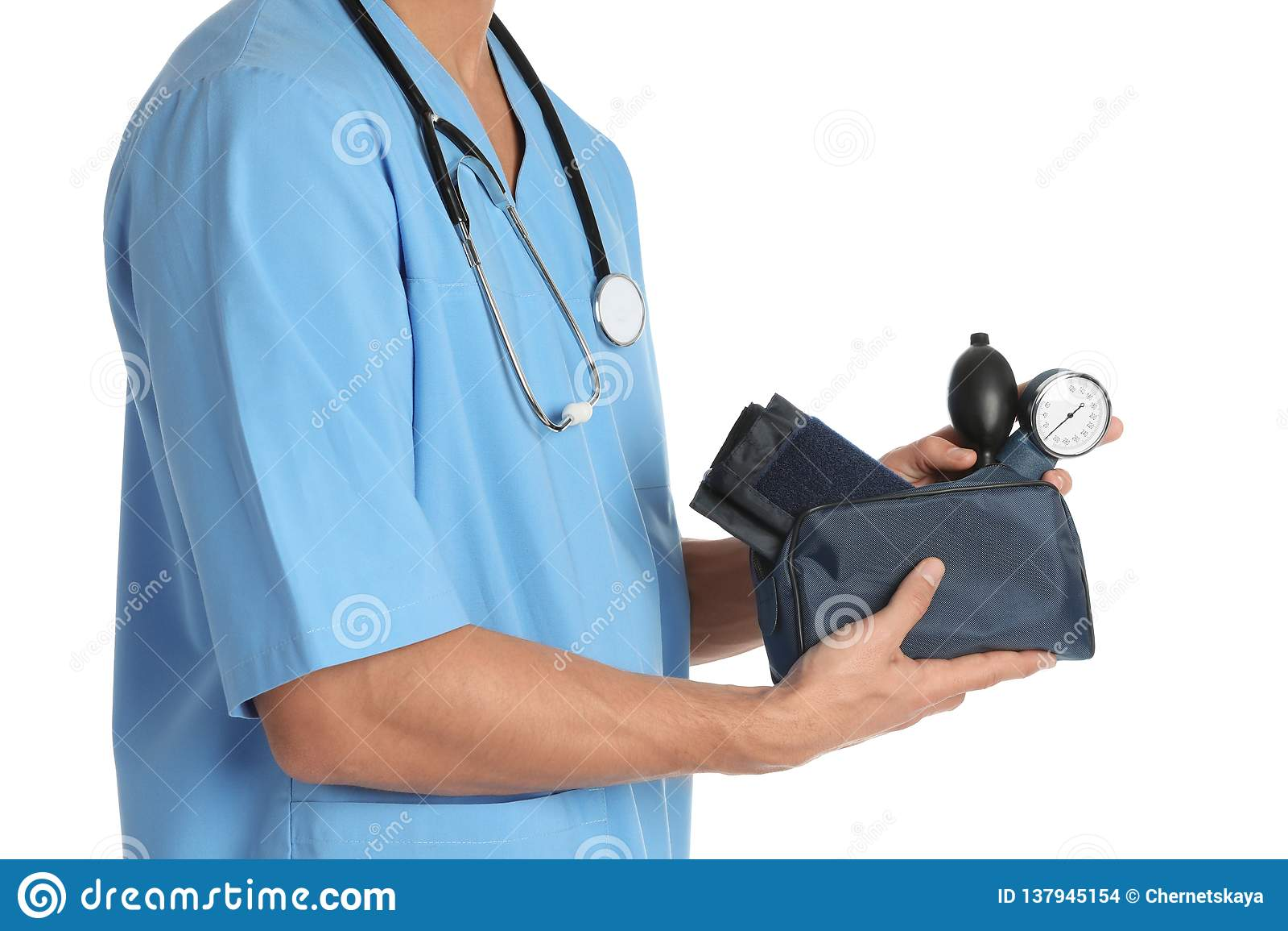 Мужской доктор держа метр кровяного давления на белой предпосылке, крупном плане