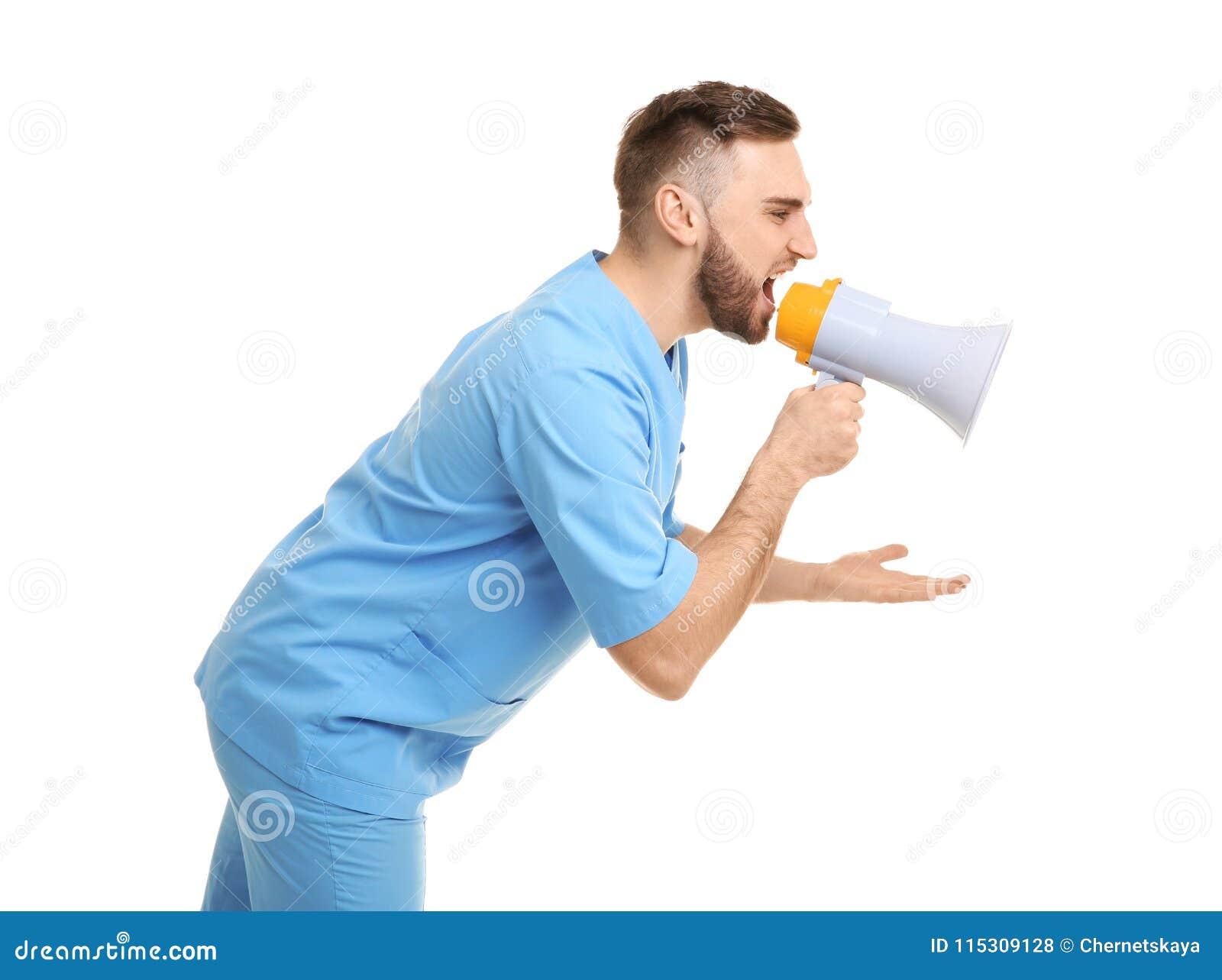 Мужской доктор крича в мегафон