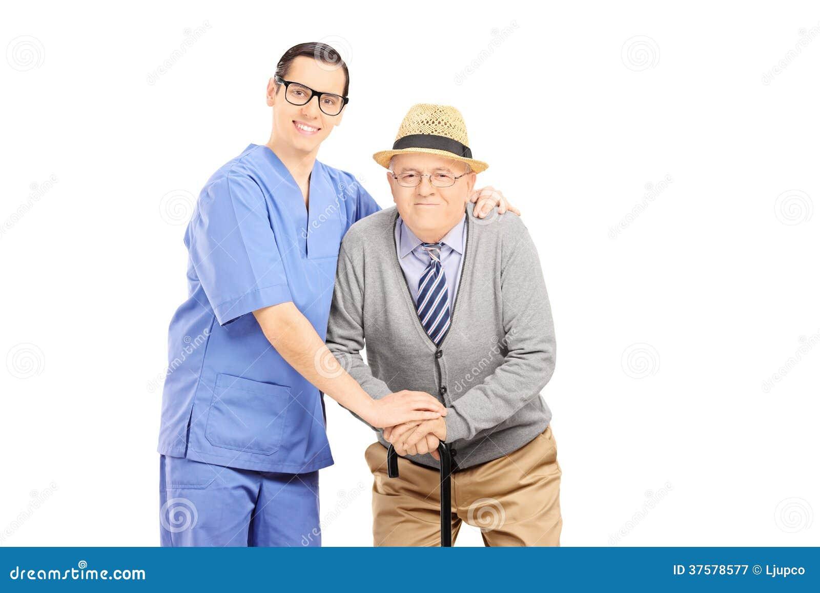 Мужской профессионал здравоохранения помогая старику с тросточкой