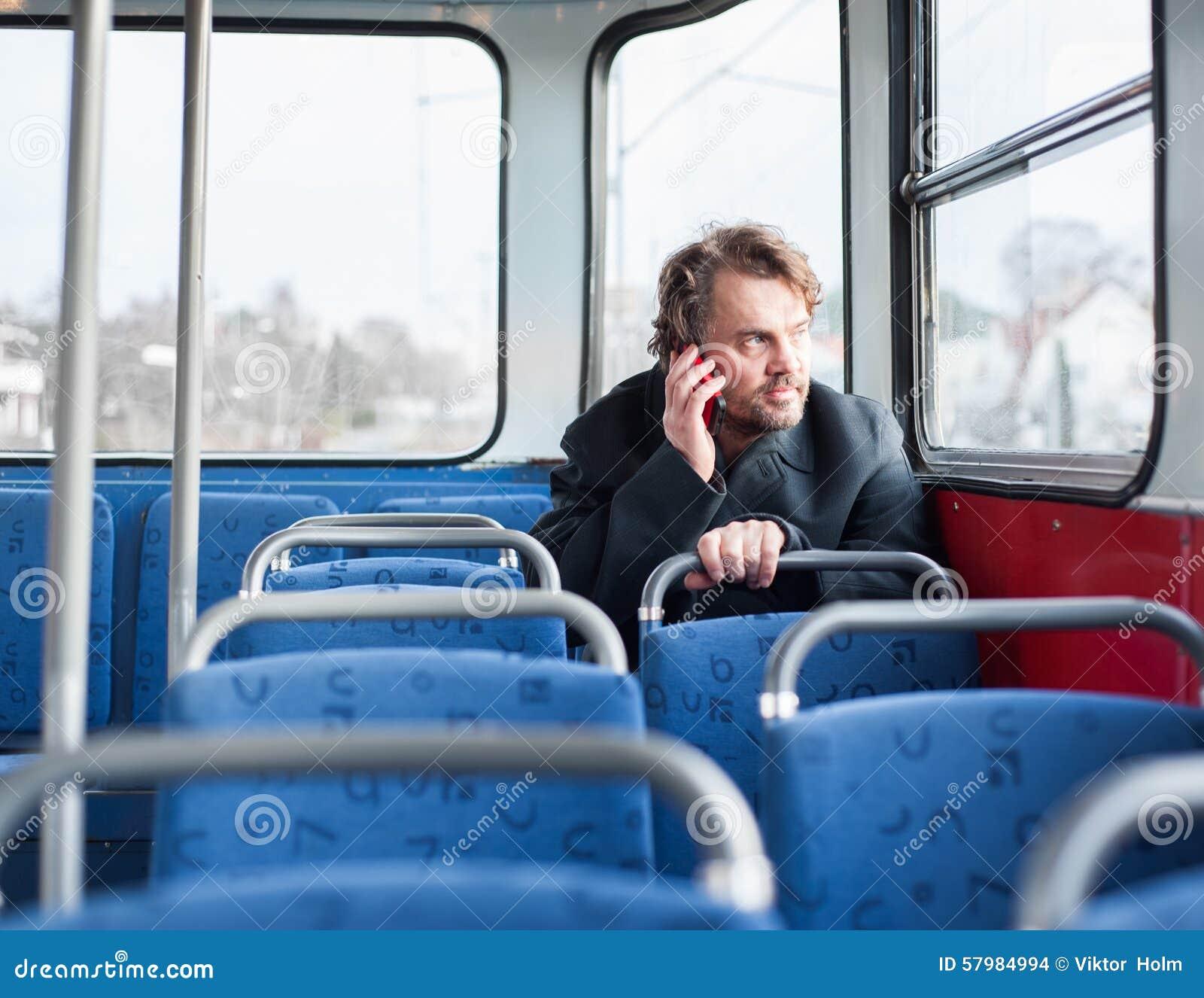 Мужчина в пальто говоря на телефоне