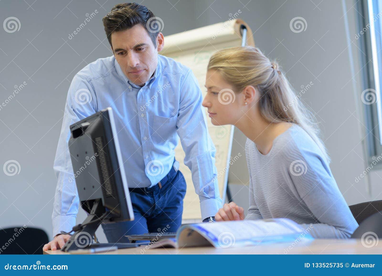 Мужчина и женское оно программисты испытывая новое программное приложение