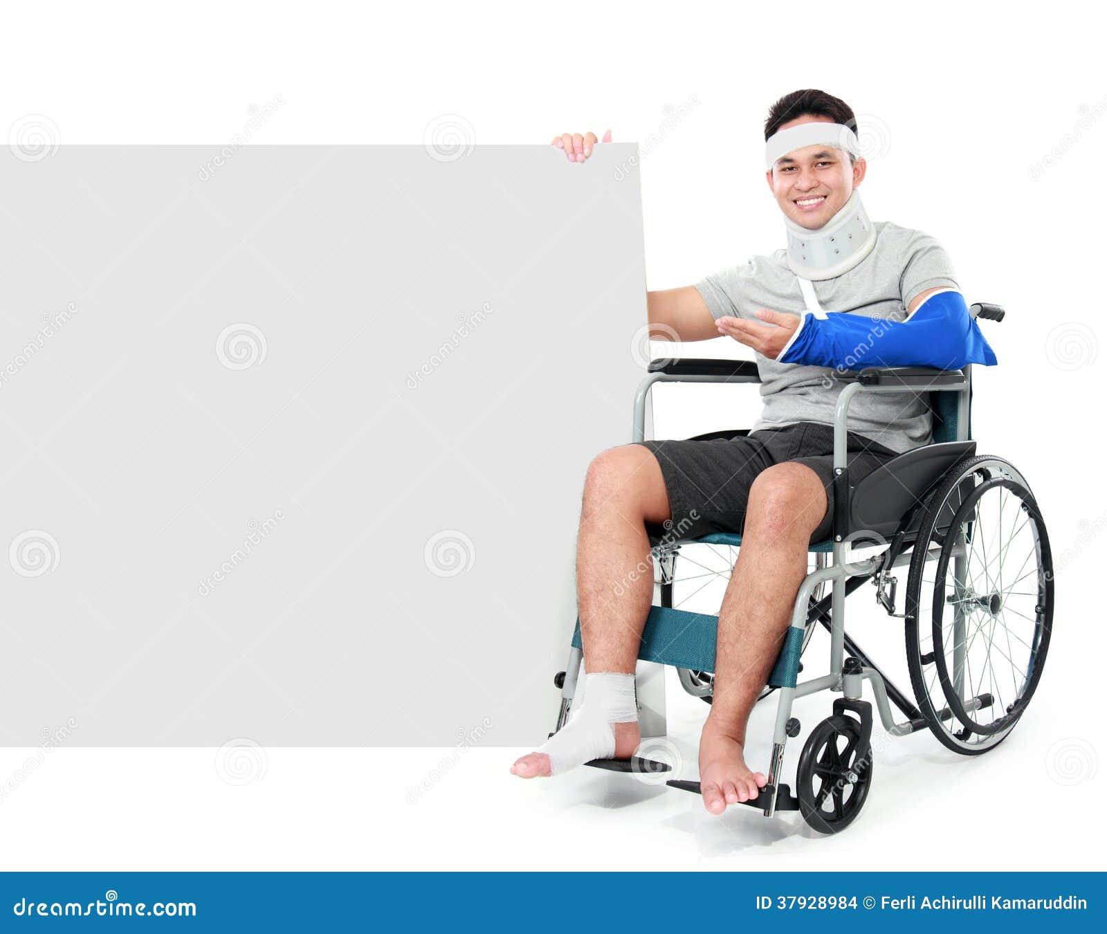 Мужчина при сломанная нога сидя на кресло-каталке с знаком