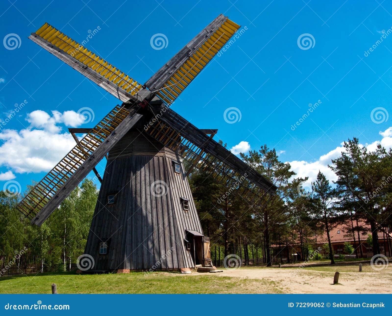 Download Музей воздуха деятельности Wdzydze Kiszewskie, ветрянка Стоковое Фото - изображение насчитывающей небо, старо: 72299062