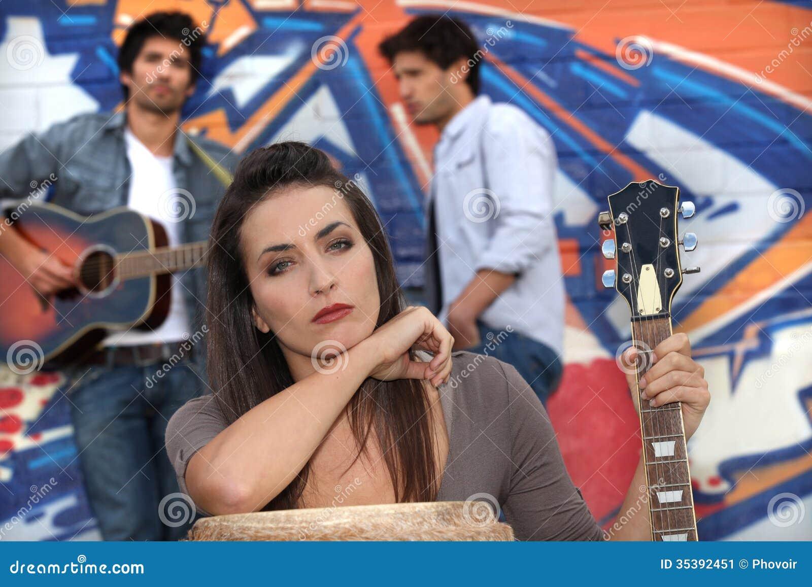 Музыканты маркированной стеной