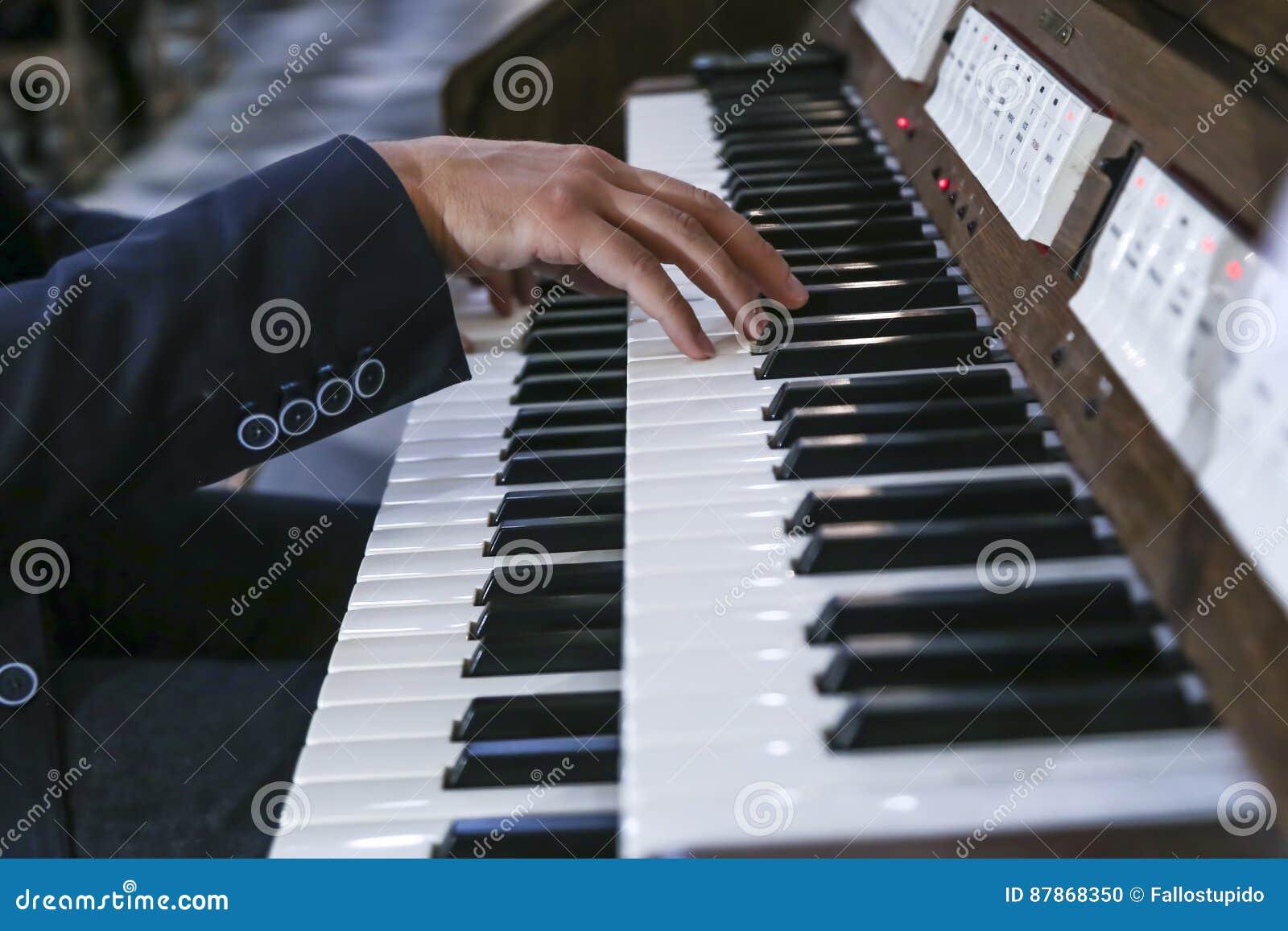 Музыкант играет рояль; орган