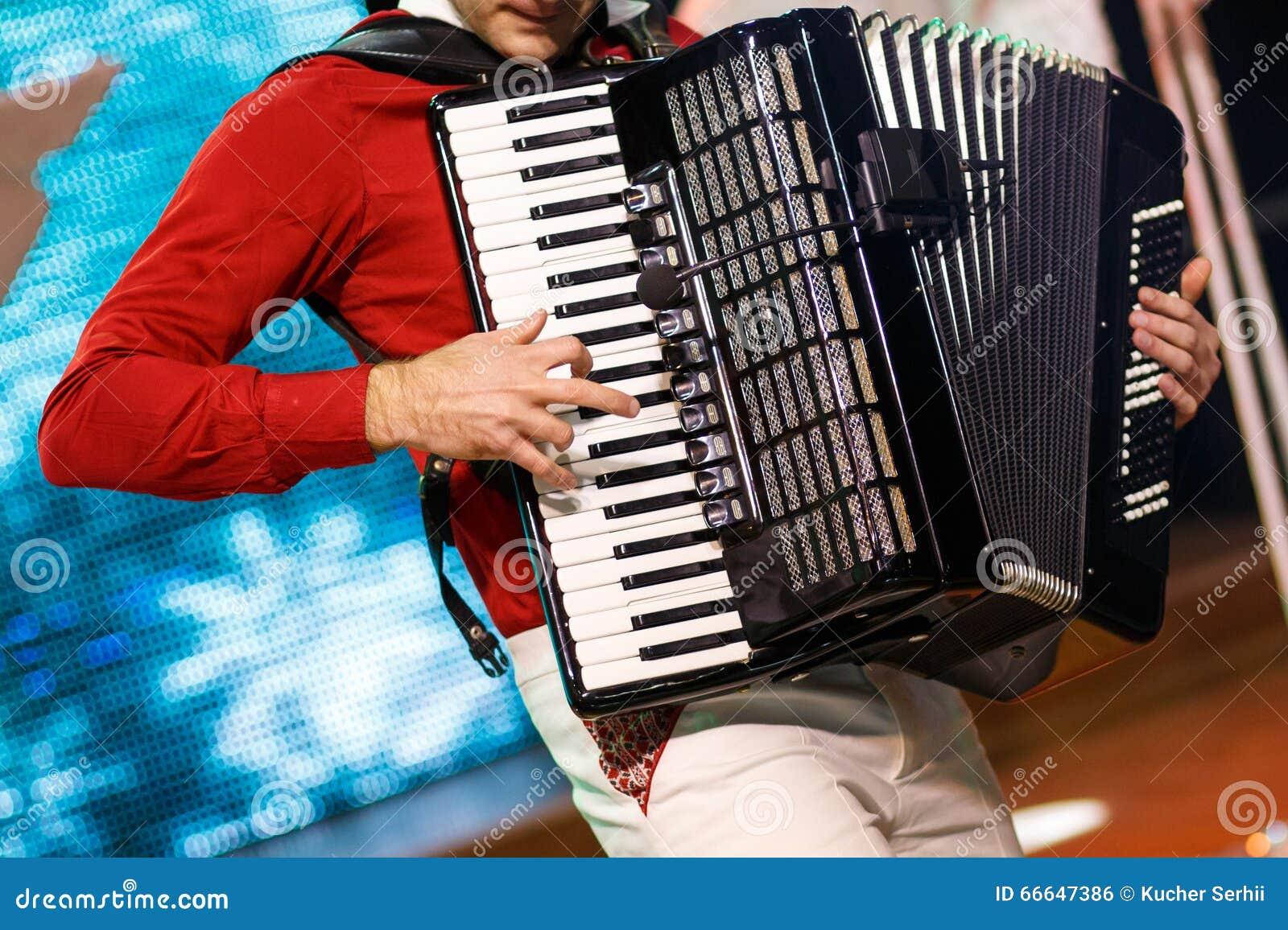 Музыкант играя аккордеон