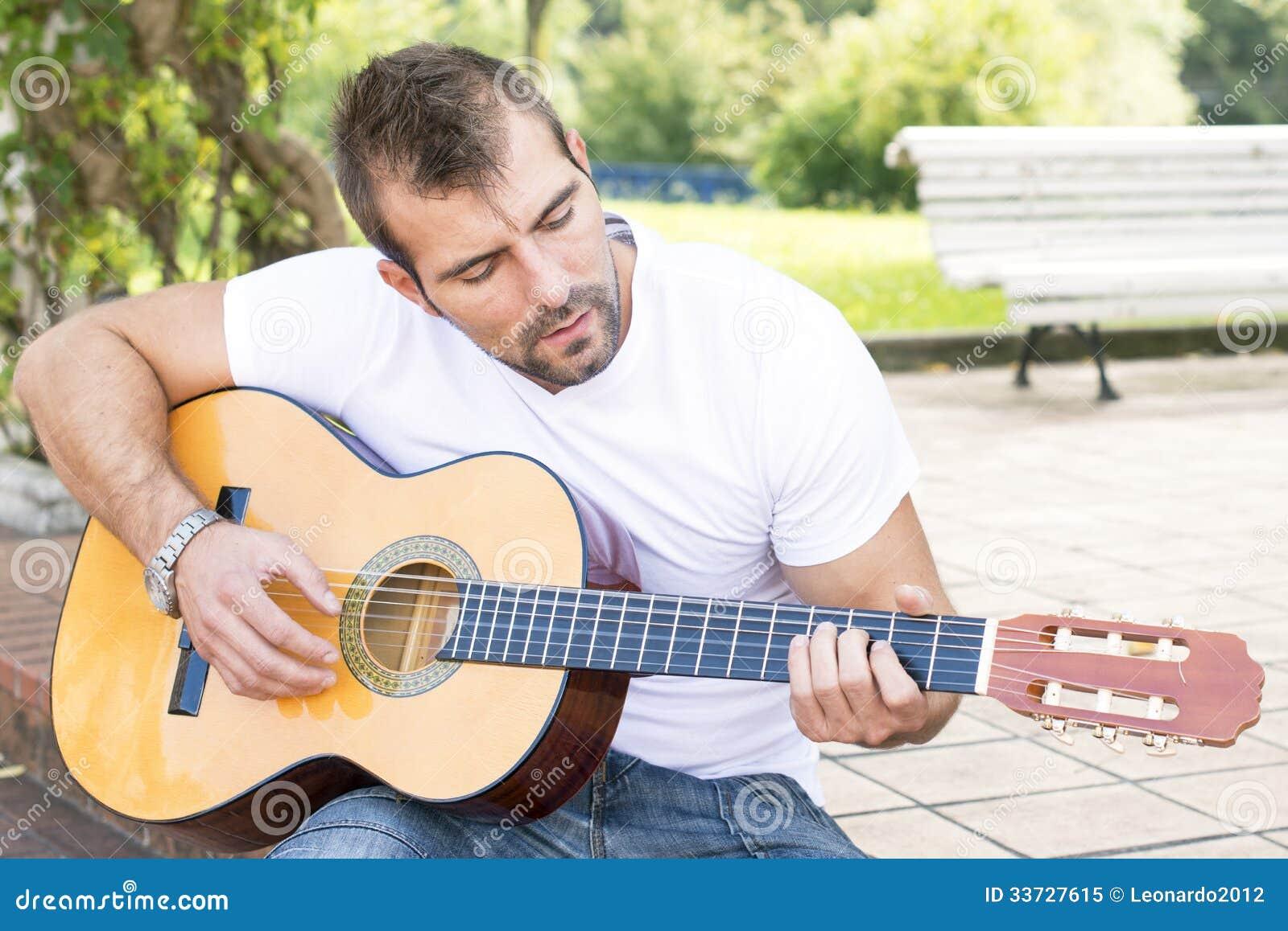 Музыкант с классической гитарой.