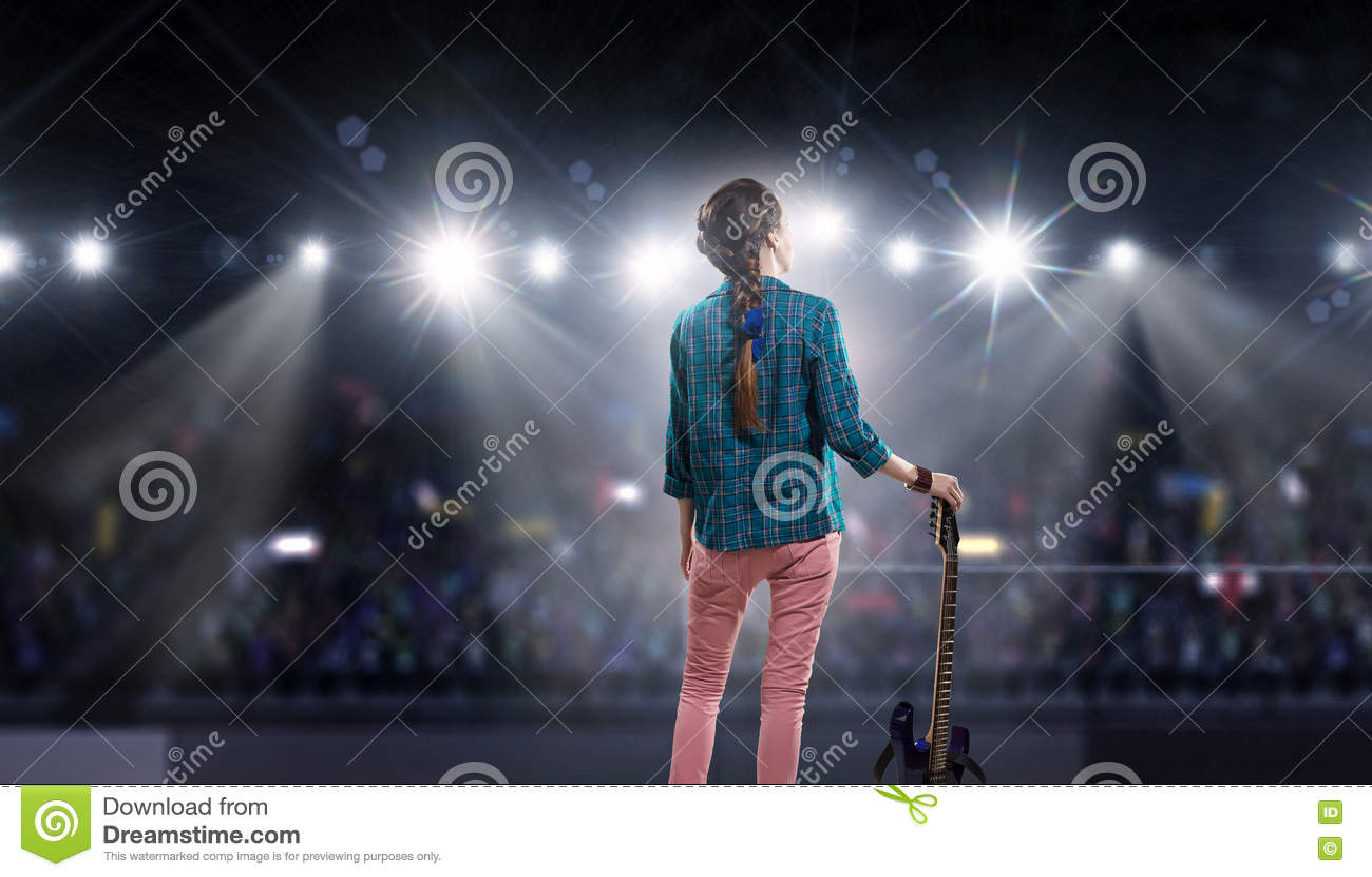 Музыкант утеса на концерте Мультимедиа