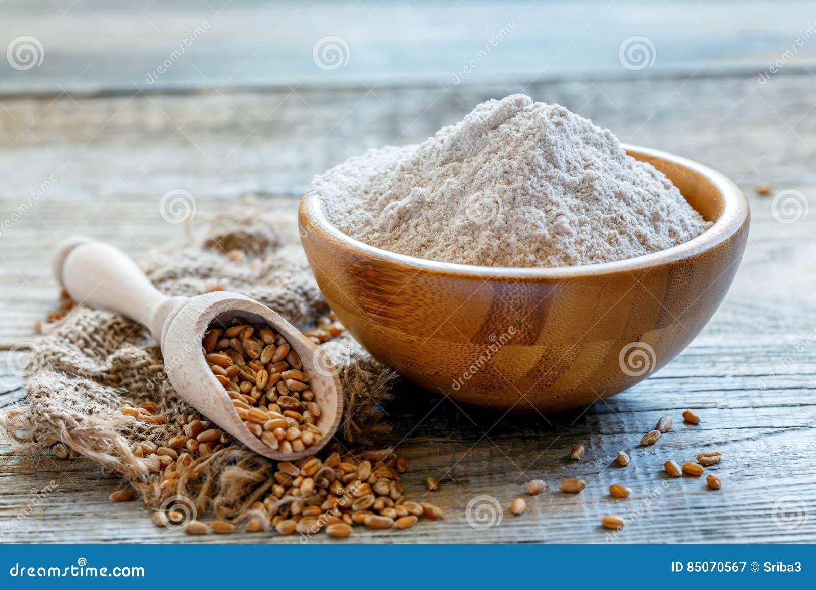 Мука wholemeal пшеницы в деревянном шаре