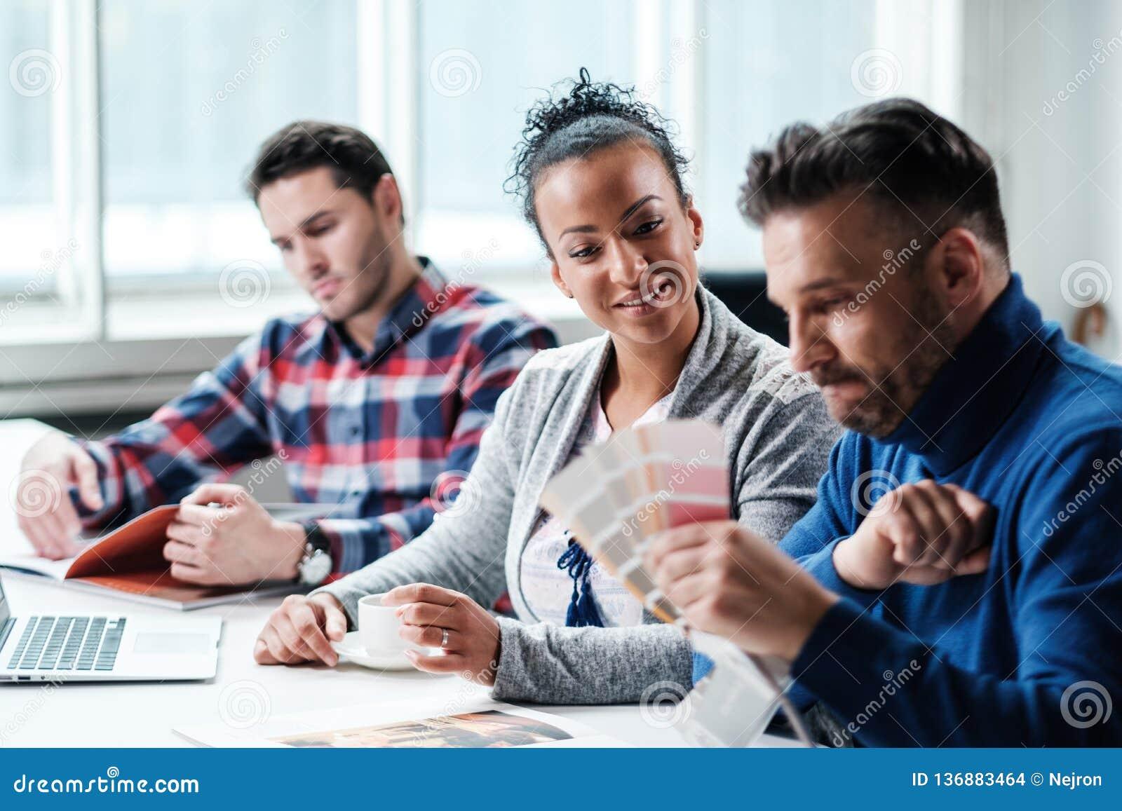 Мульти-этнические коллеги в coworking офисе