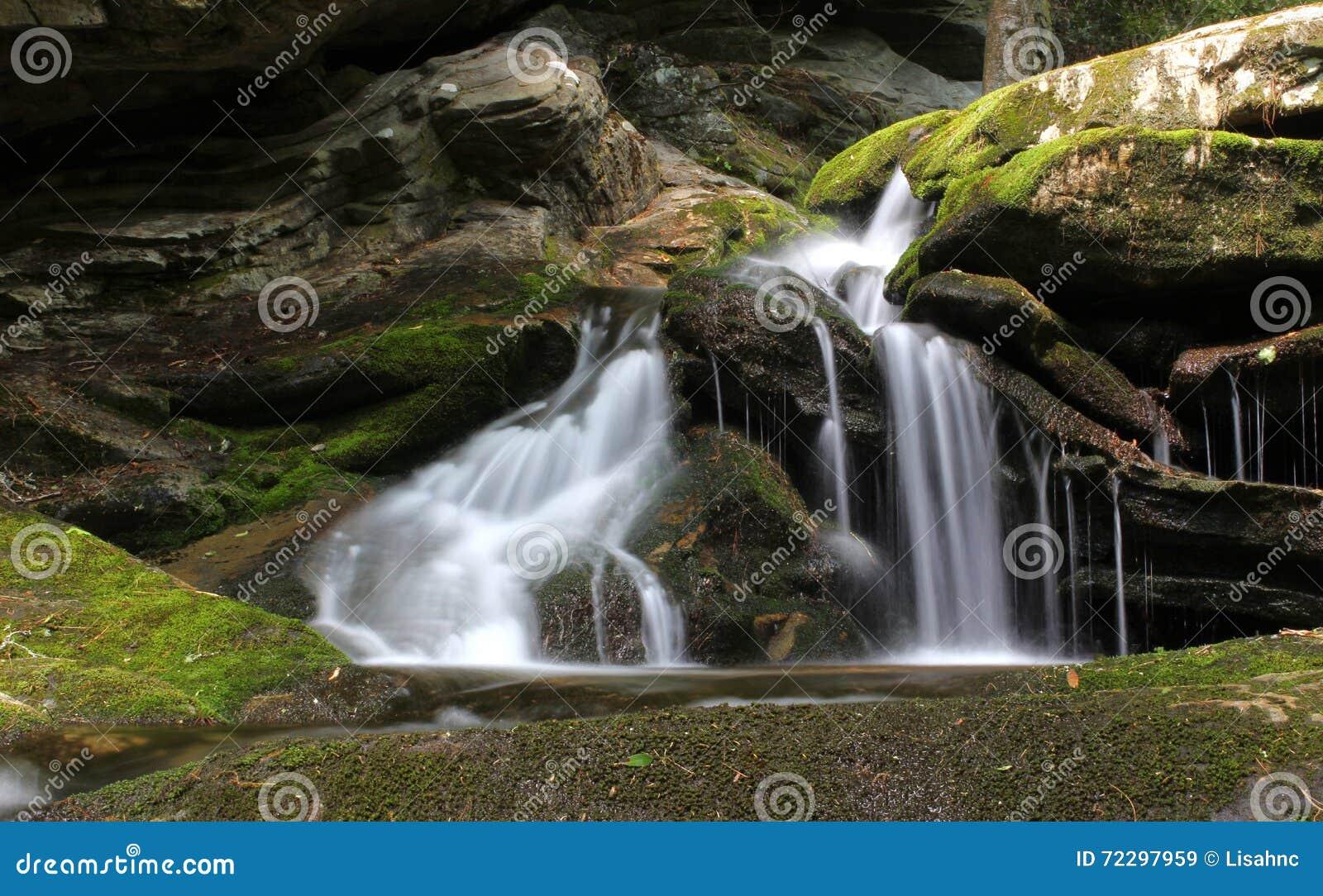 Download мшистый водопад стоковое изображение. изображение насчитывающей водопад - 72297959