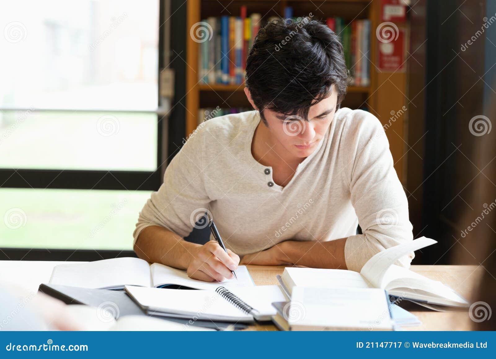Мыжской студент работая на эссе