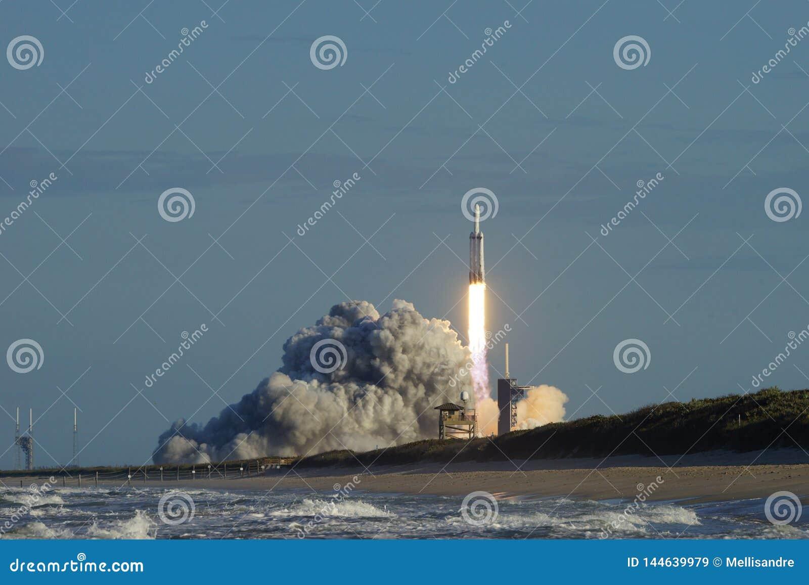 Мыс Канаверал, Florida/USA - 11-ое апреля 2019: Сокол старта Arabsat-6A тяжелый
