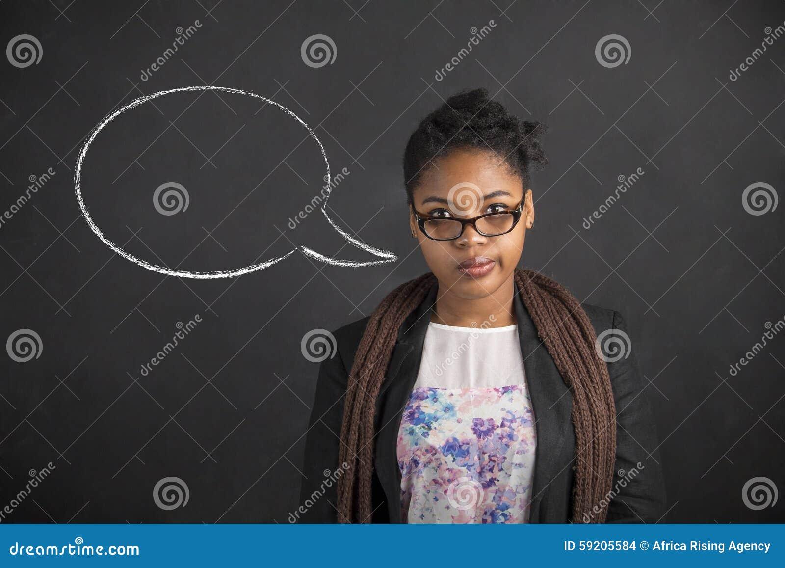 Мысль Афро-американской женщины думая или пузырь речи на предпосылке доски черноты мела