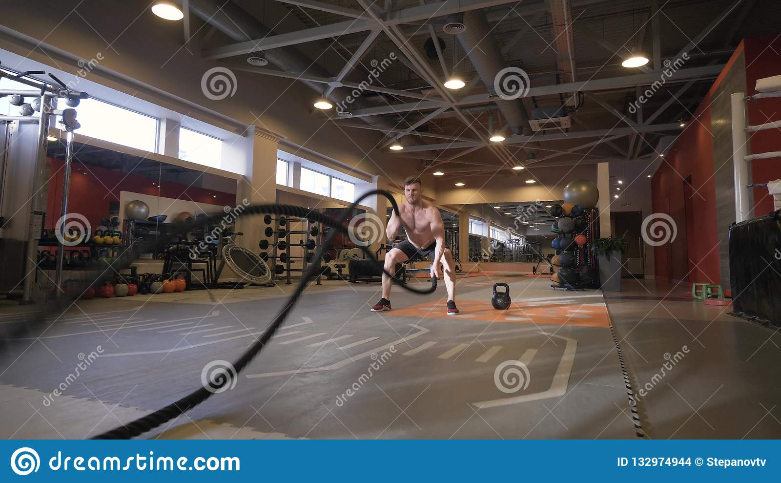 Мышечная тренировка разминки тренировки человека с веревочками в фитнес-клубе
