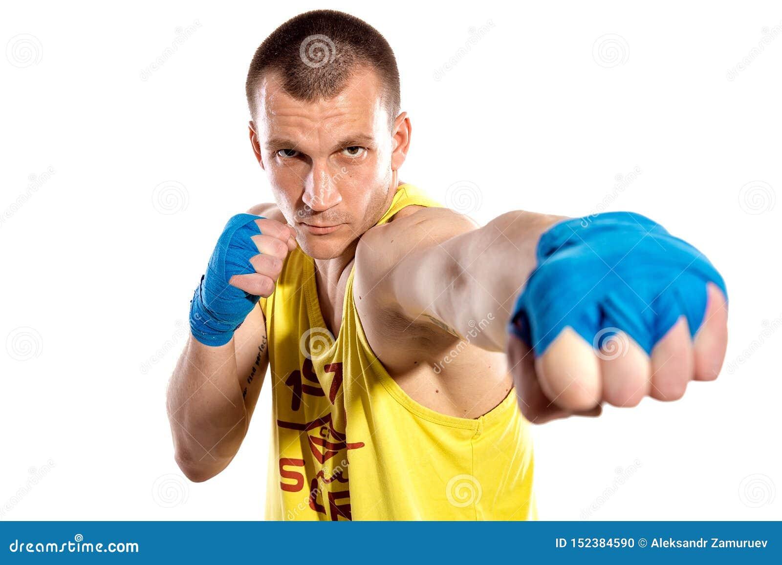 Мышечное kickbox или muay тайский пробивать бойца, изолированные на белой предпосылке Украинский боец r Голубой, желтый