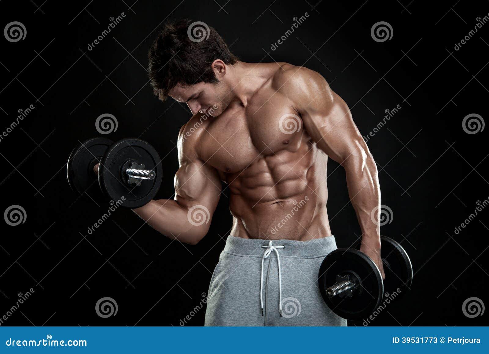 Мышечный парень культуриста делая тренировки с гантелями