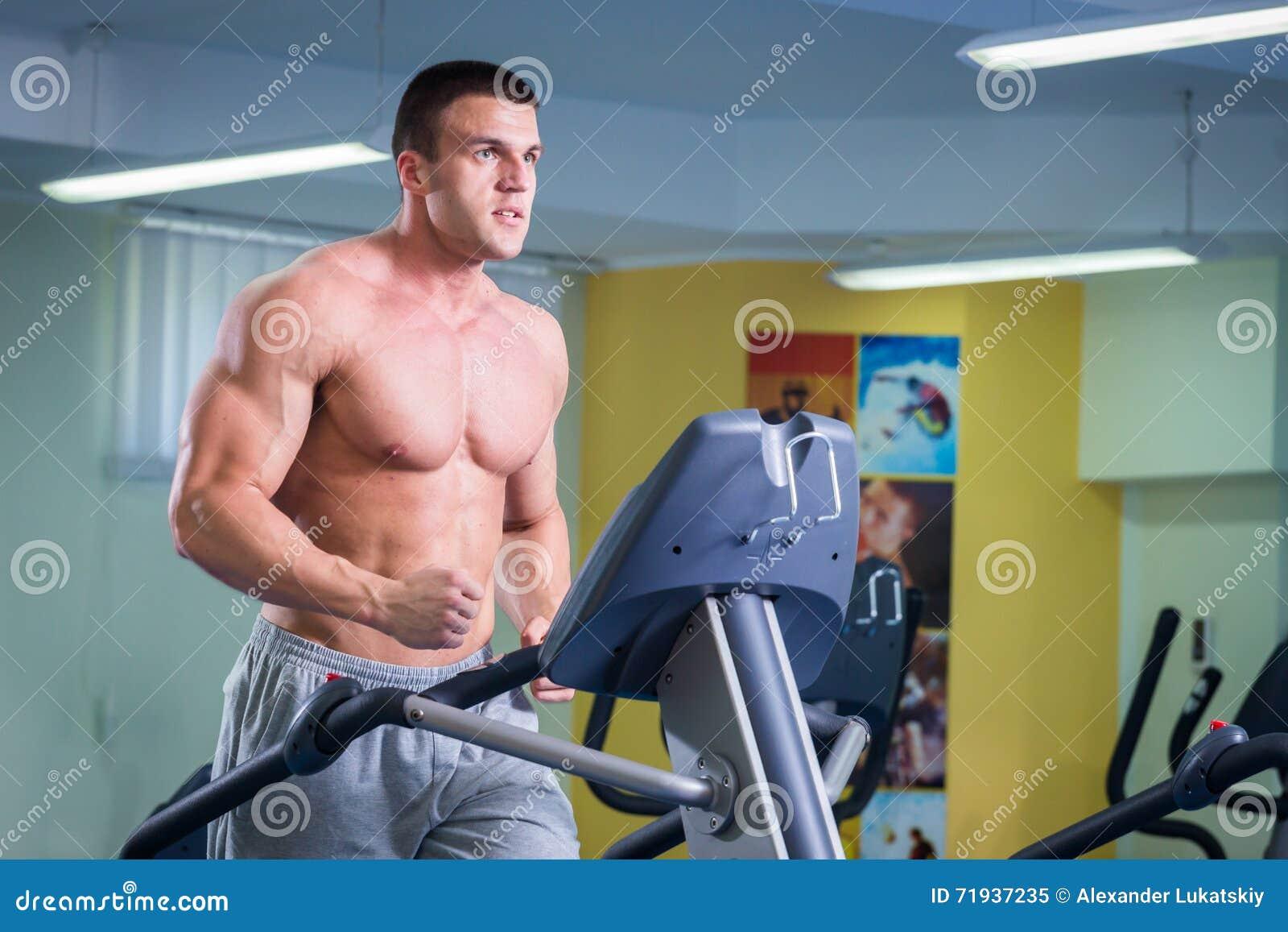 Мышечный человек в спортзале
