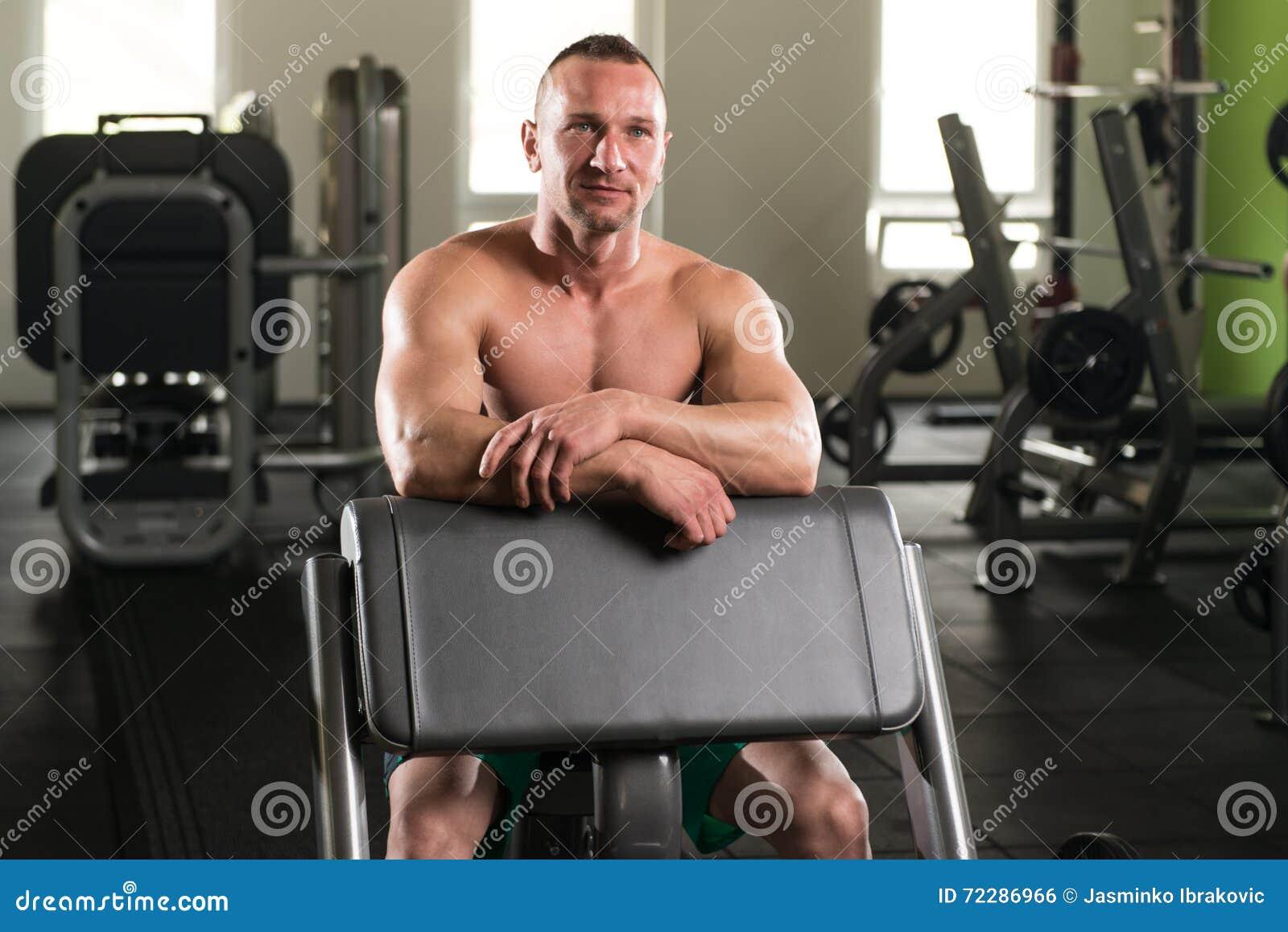 Download Мышечный человек отдыхая после тренировки Стоковое Фото - изображение насчитывающей клуб, гнойничка: 72286966