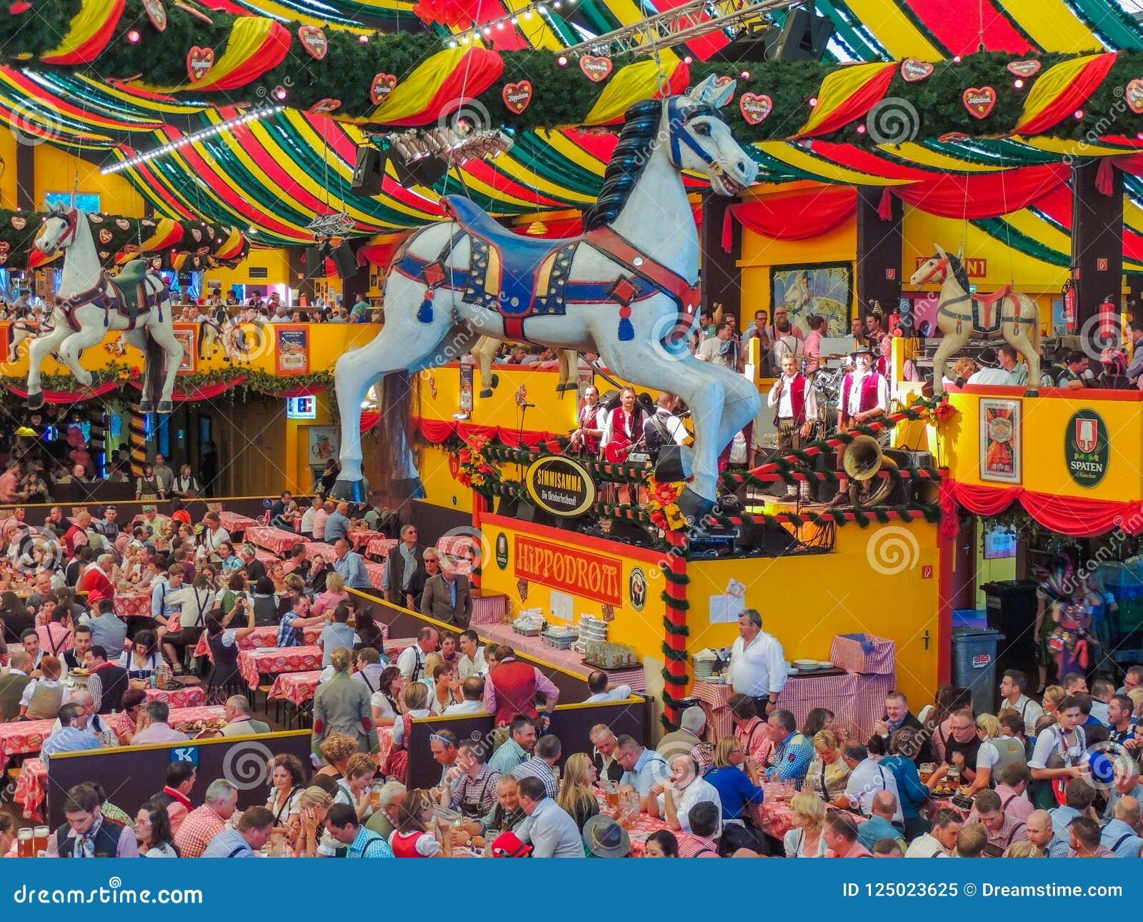 Мюнхен, Германия - 23-ье сентября 2013 Шатер Oktoberfest Hippodrom украшен с диаграммами лошади