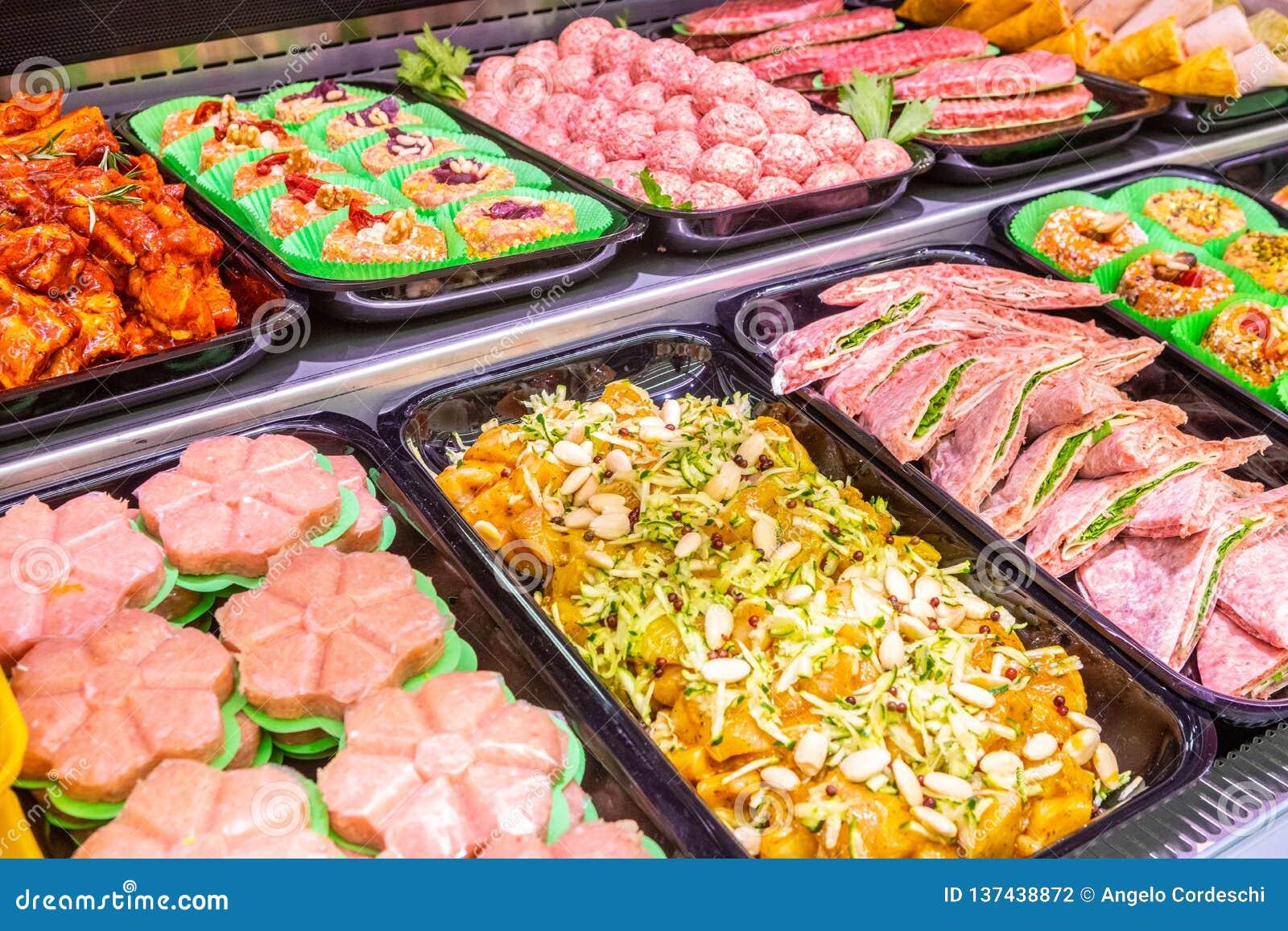 Мясник, отдел мяса Несколько продуктов показали в витрине