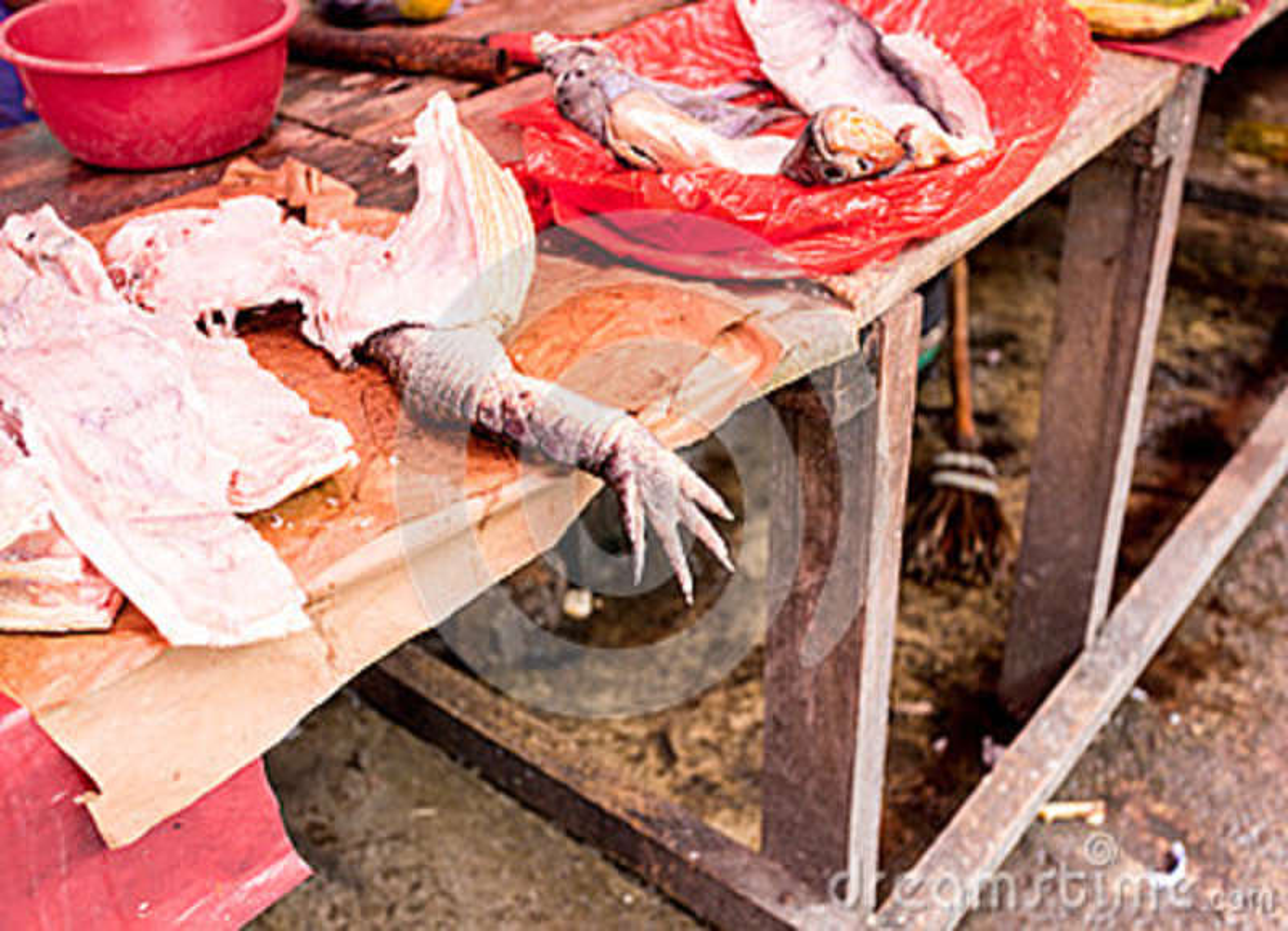 Мясо аллигатора на рынке Belen, Iquitos, Перу