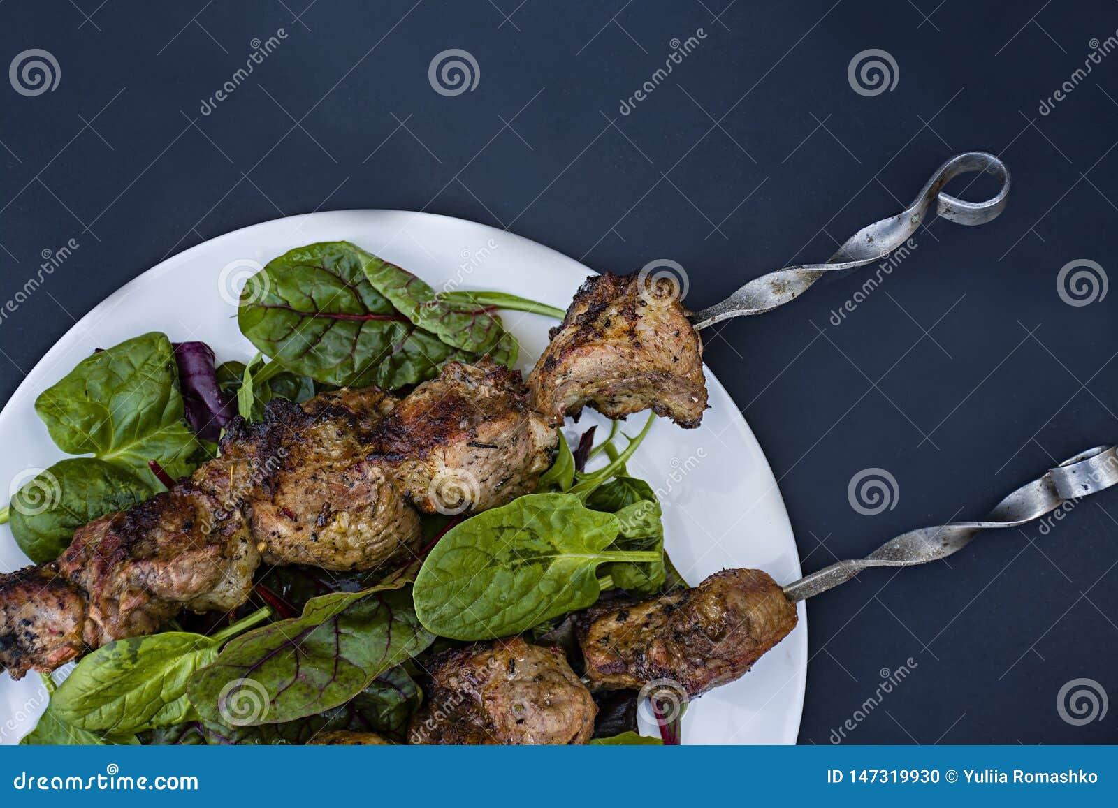 Мясо барбекю на протыкальниках на плите с салатом Мясо на протыкальниках r r