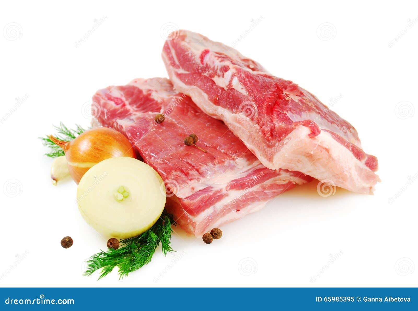 мясо сырцовое Живот свинины, 2 части с укропом, лук и томат изолированные на белой предпосылке