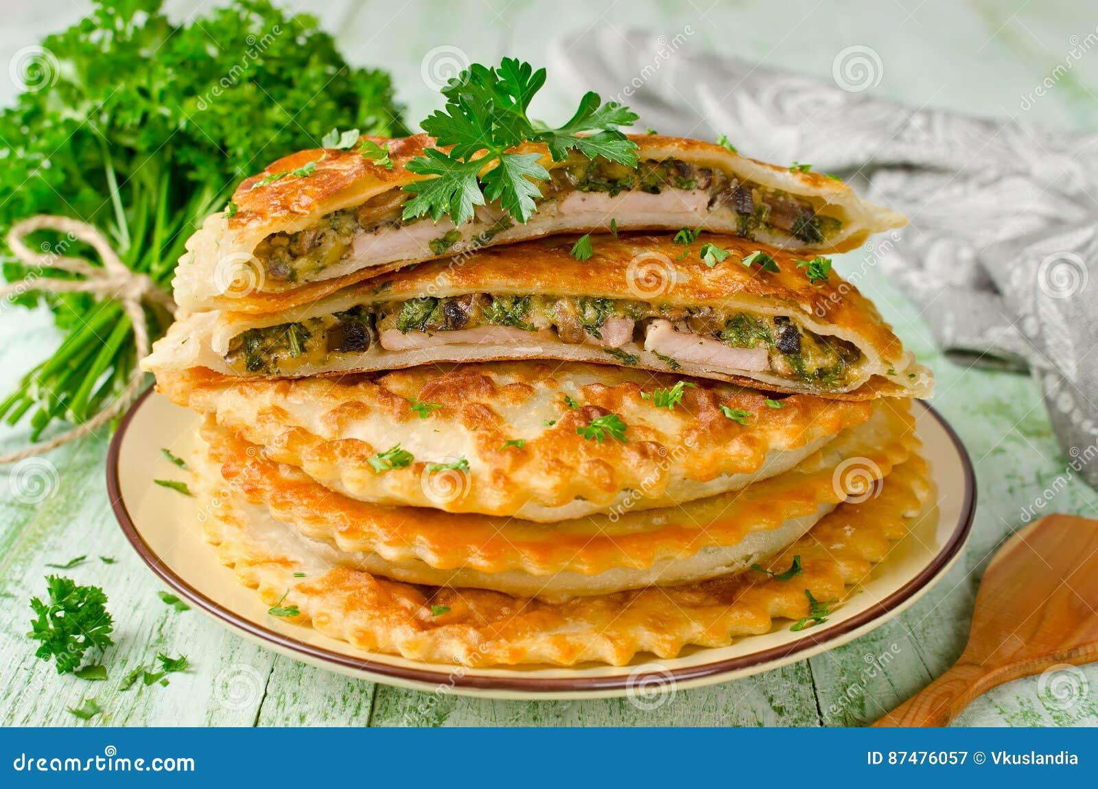 Мясо с грибами и травами испекло в печенье