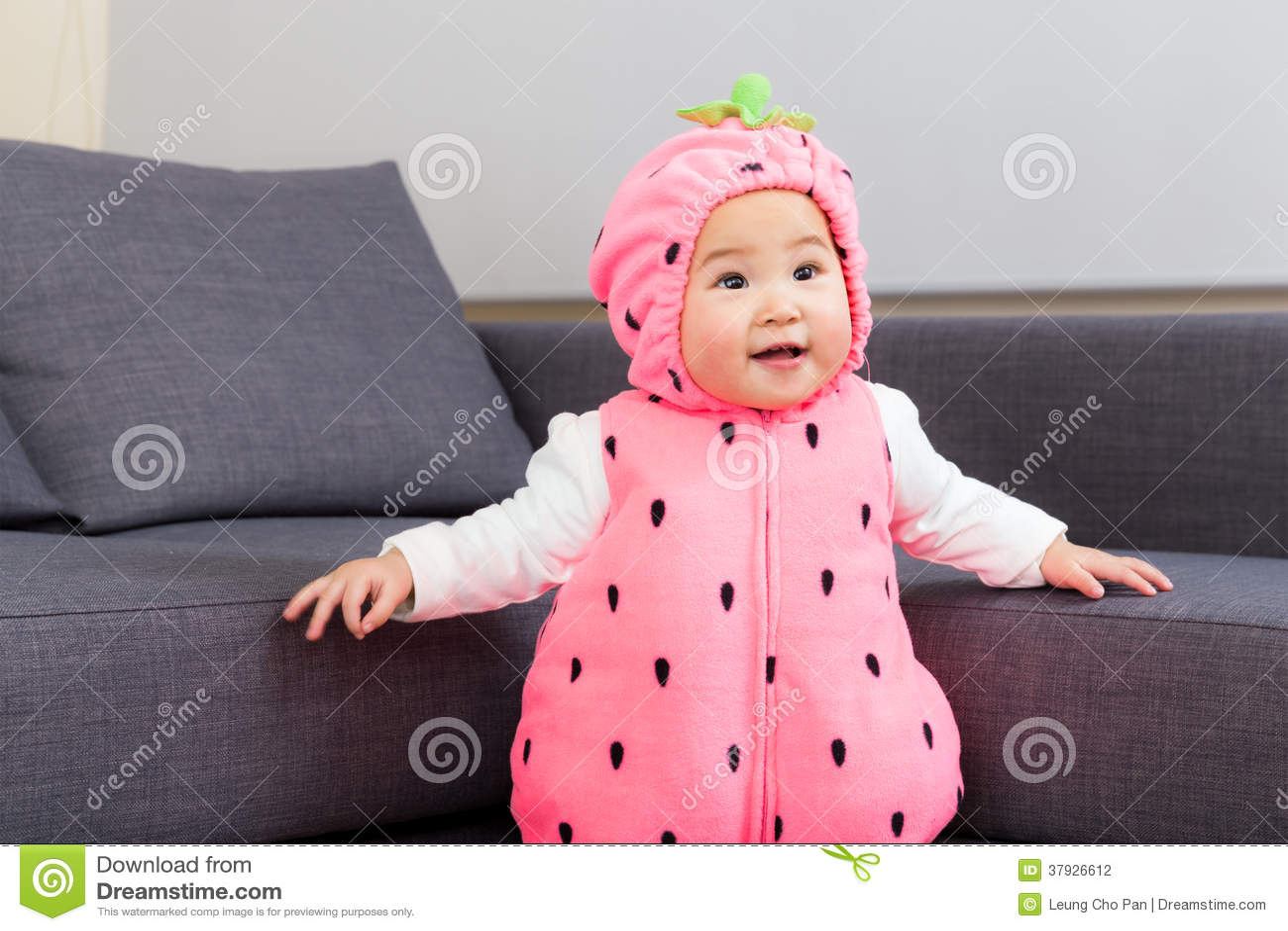 Младенец Азии с костюмом клубники