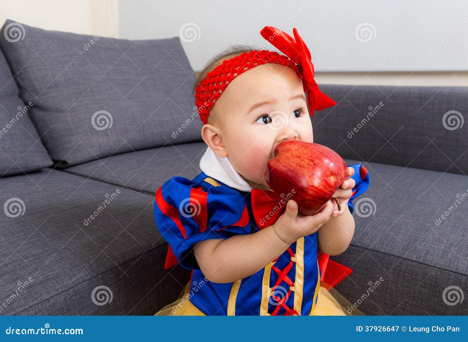 Младенец ест яблоко с шлихтой партии хеллоуина
