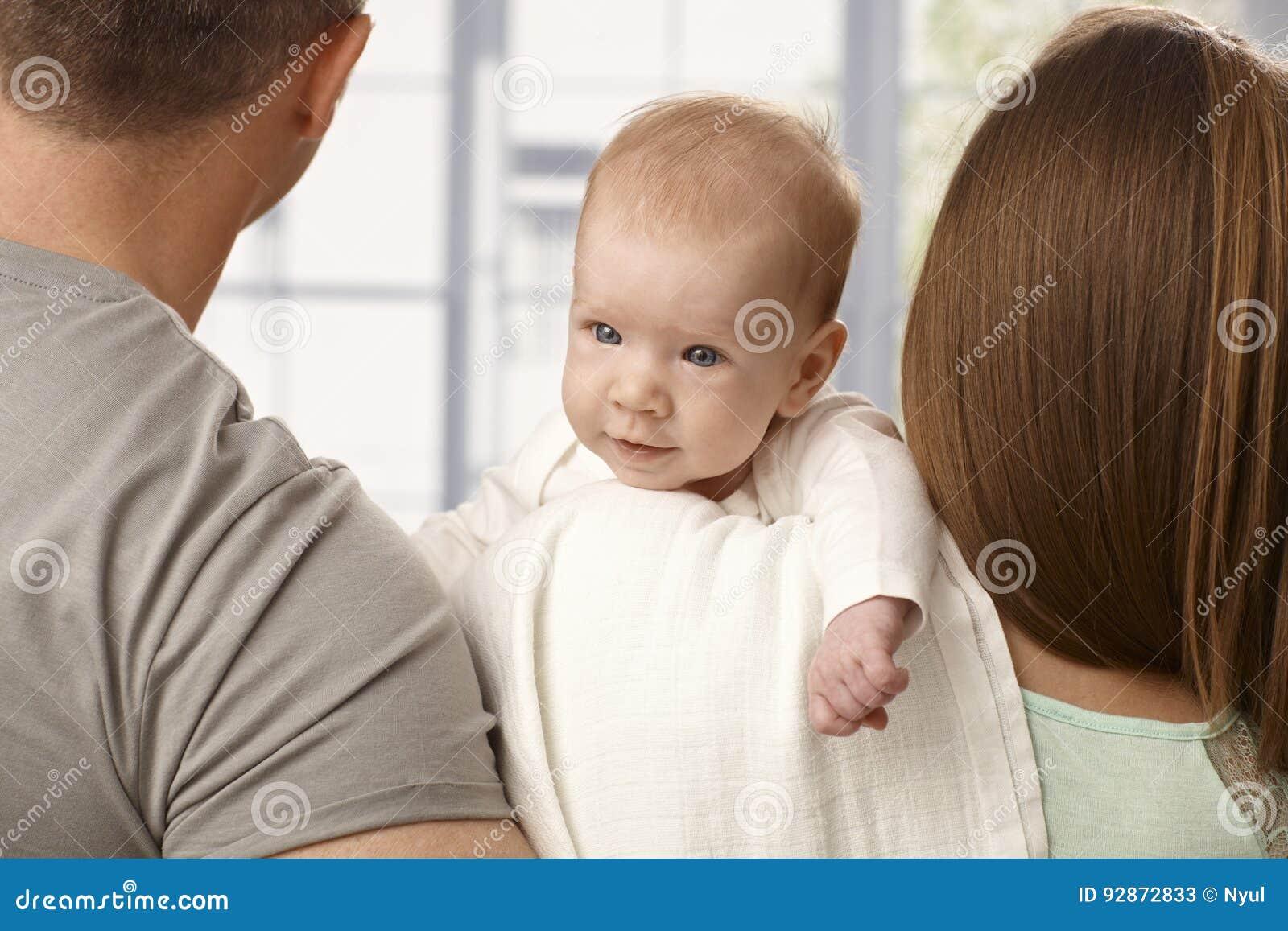 Младенец конца-вверх усмехаясь маленький