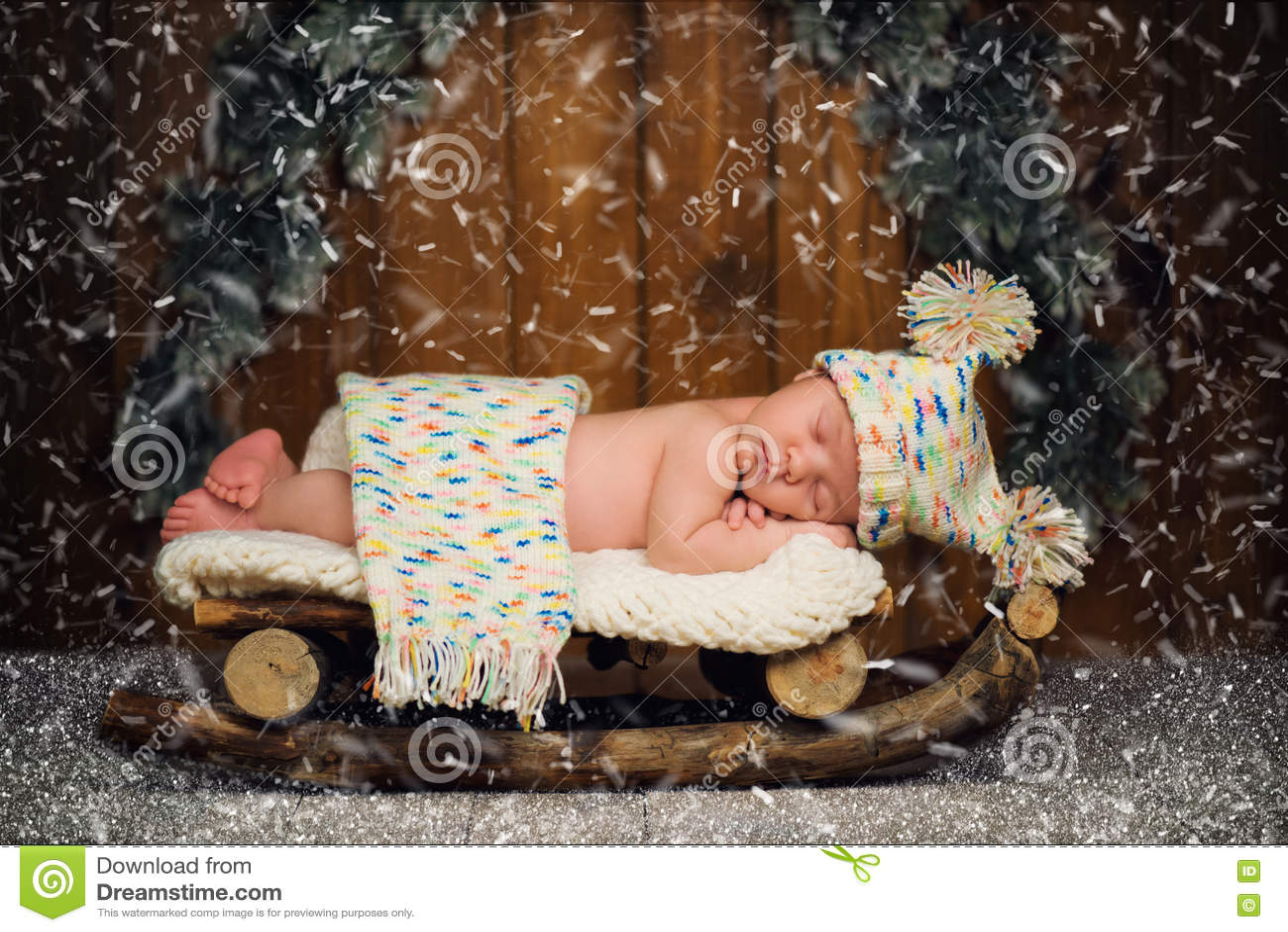 Младенец спит в деревянных розвальнях ` S Eve Нового Года