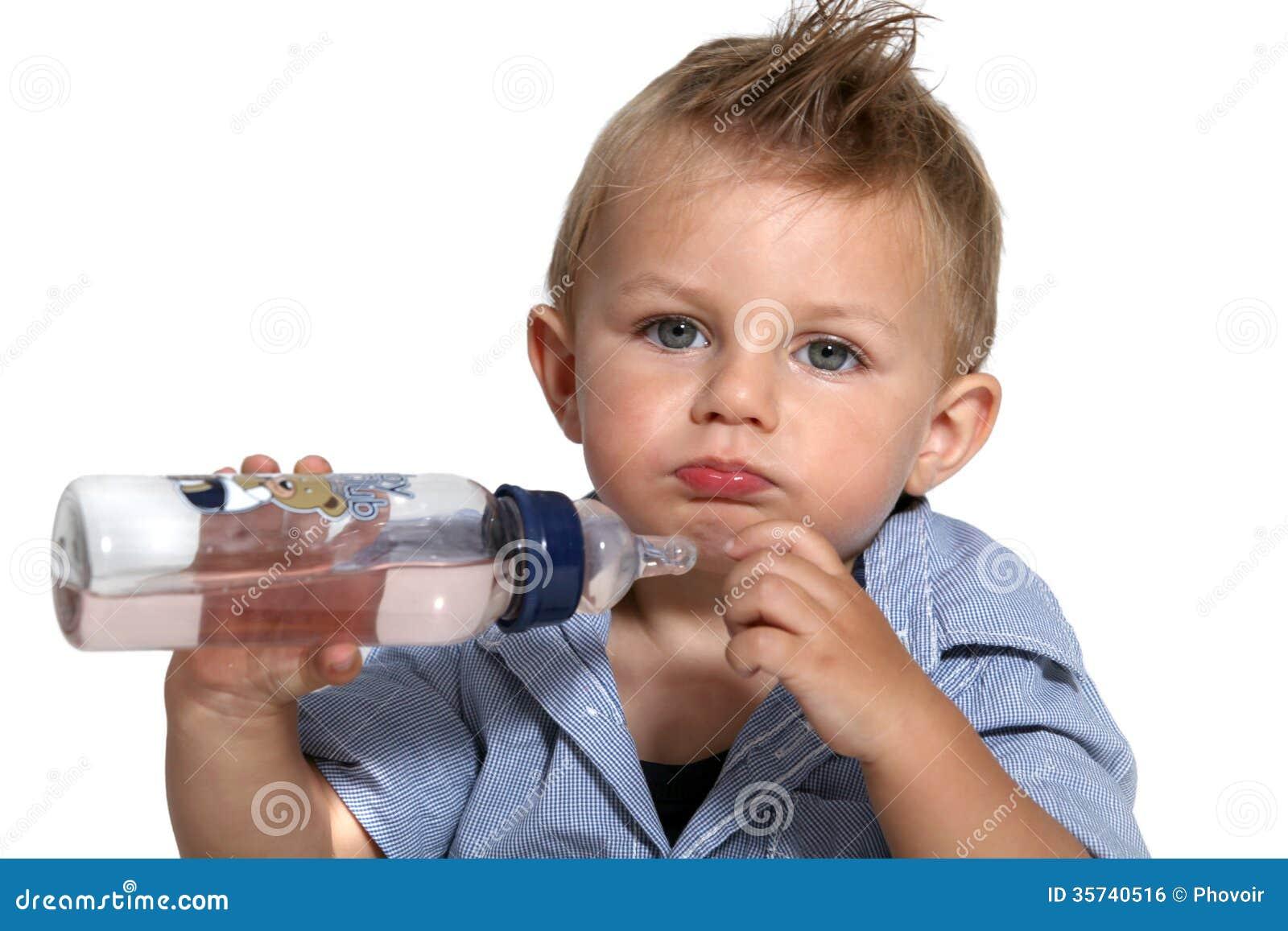 Младенец с его бутылкой
