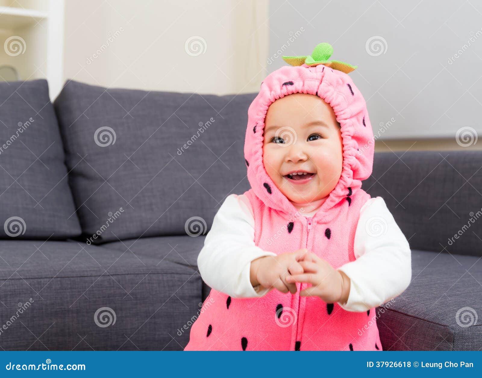 Младенец с костюмом клубники