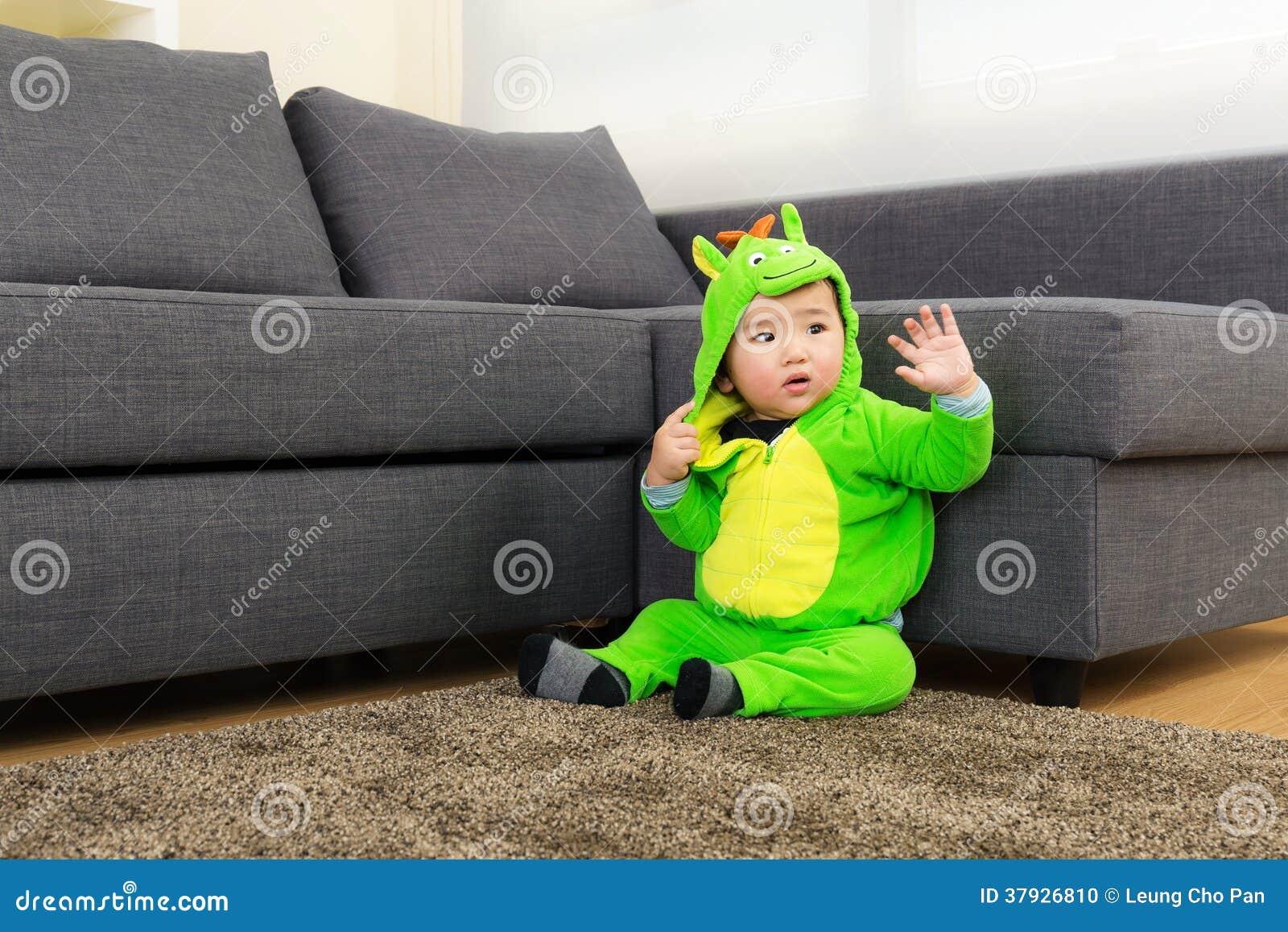 Младенец с костюмом партии хеллоуина динозавра