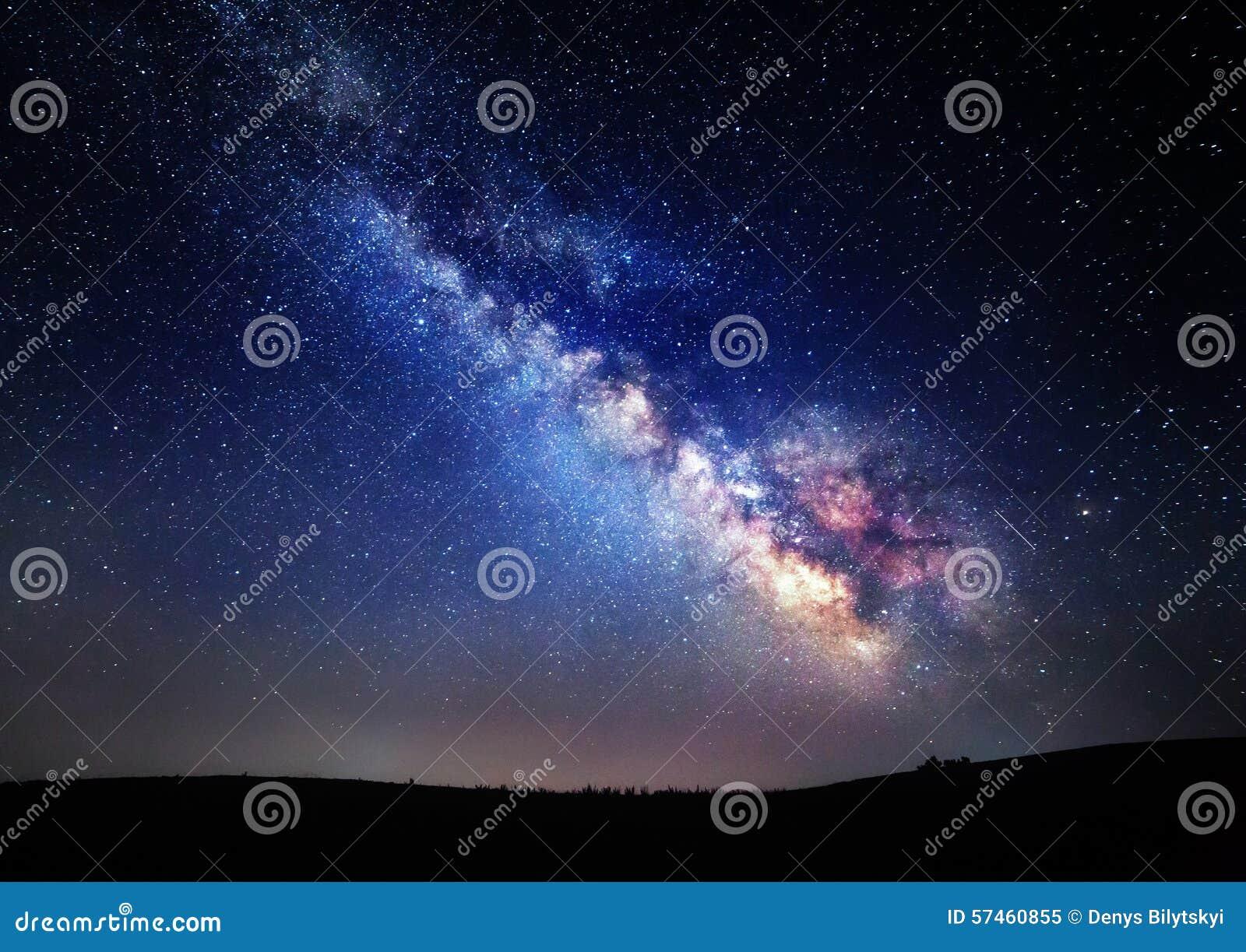 Млечный путь Красивое ночное небо лета с звездами в Крыме