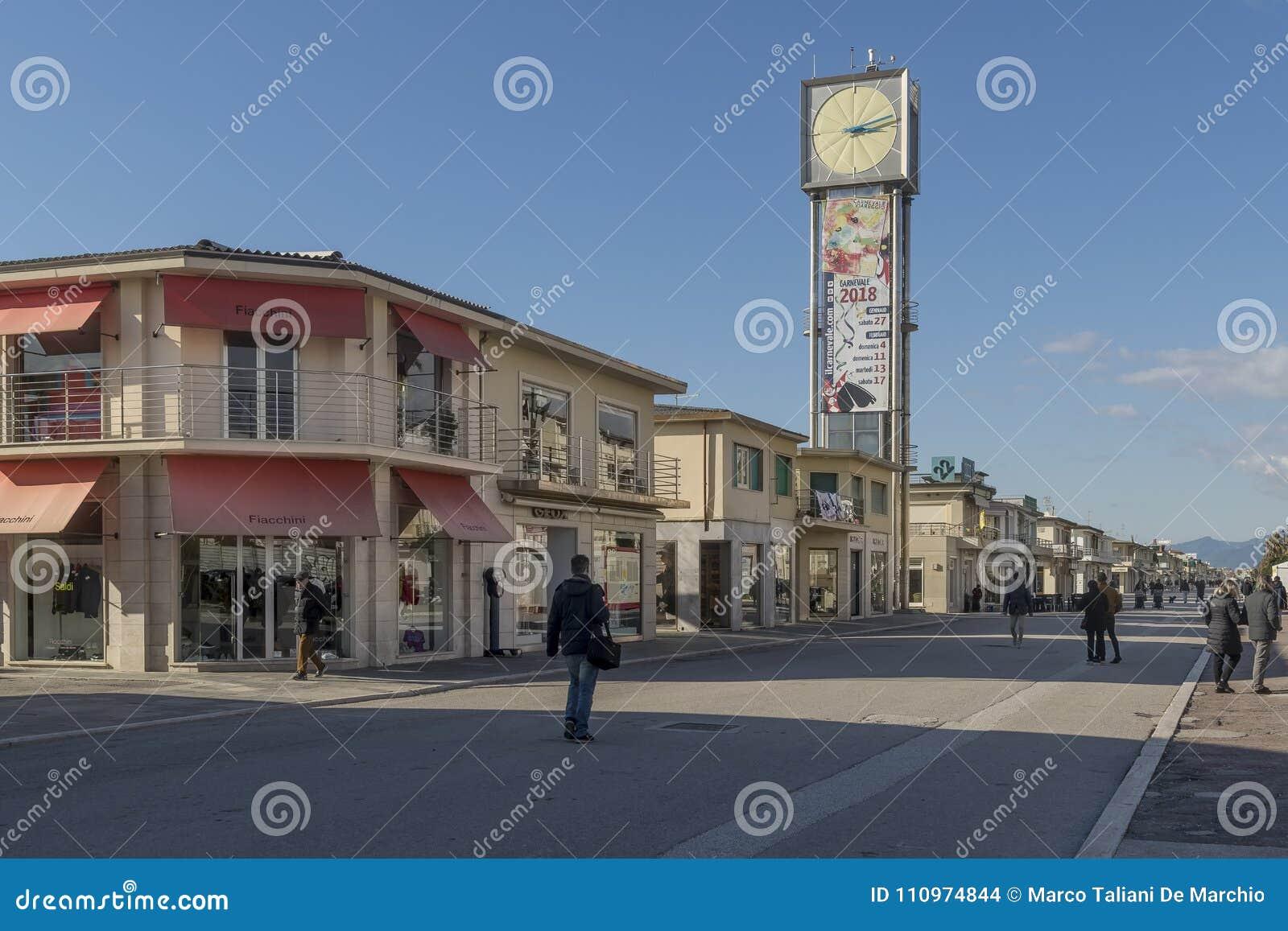 Набережная и башня с часами в Viareggio, Лукке, Тоскане, Италии