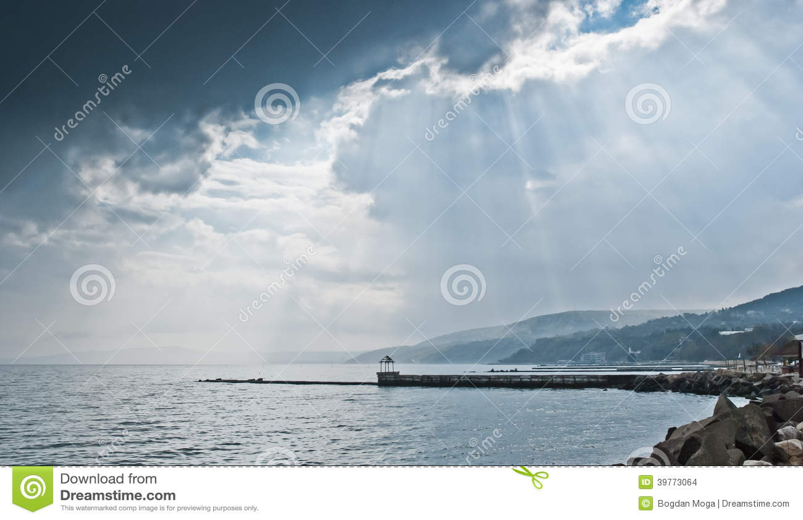 Набережная с горами и дождевыми облако