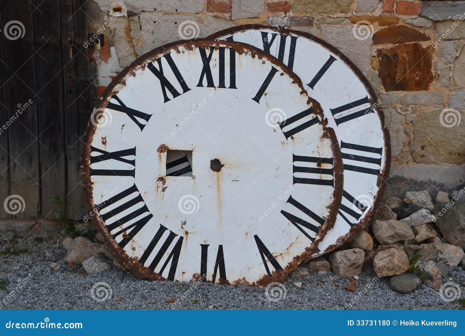 Набирает старую башню с часами
