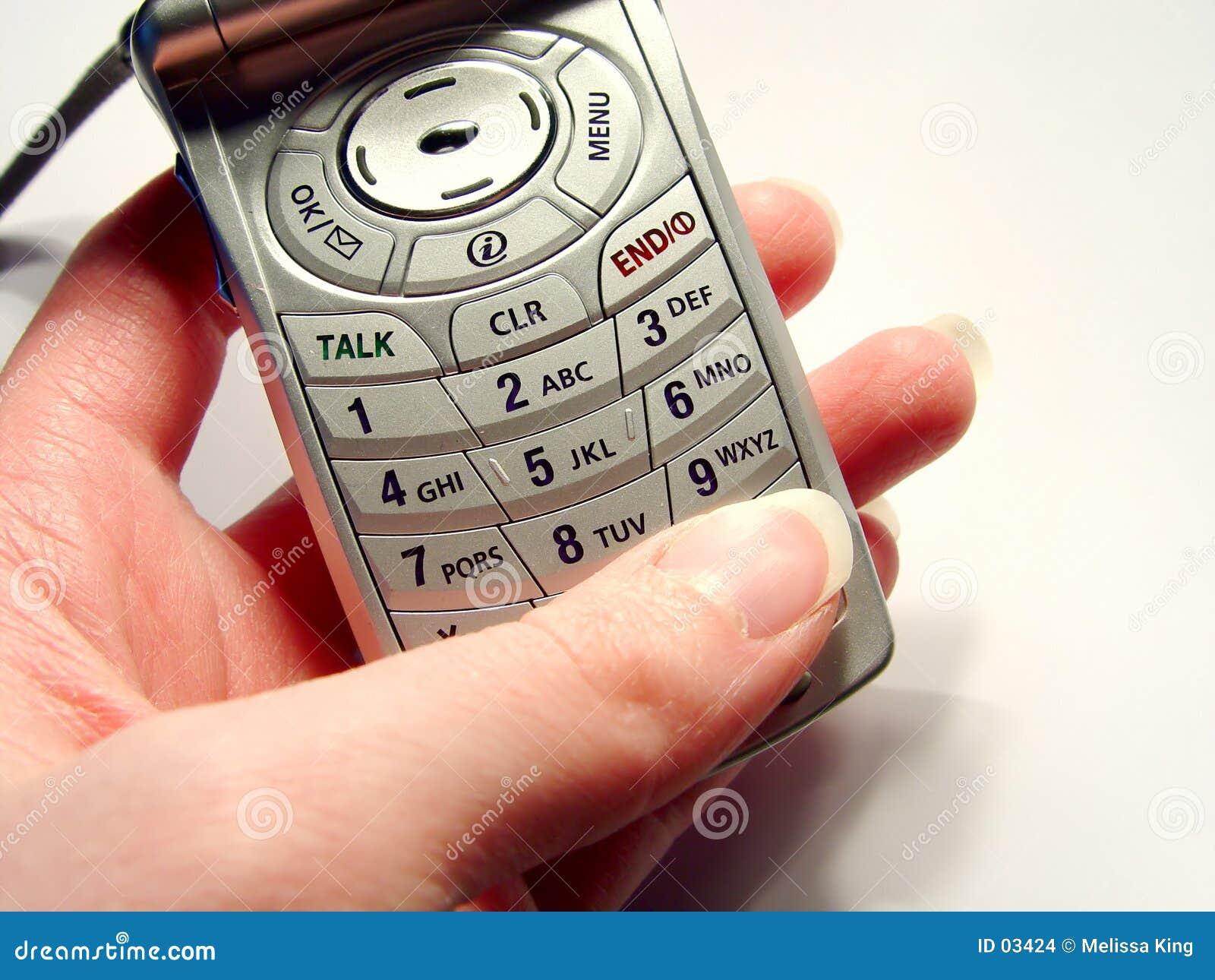 набирая телефон