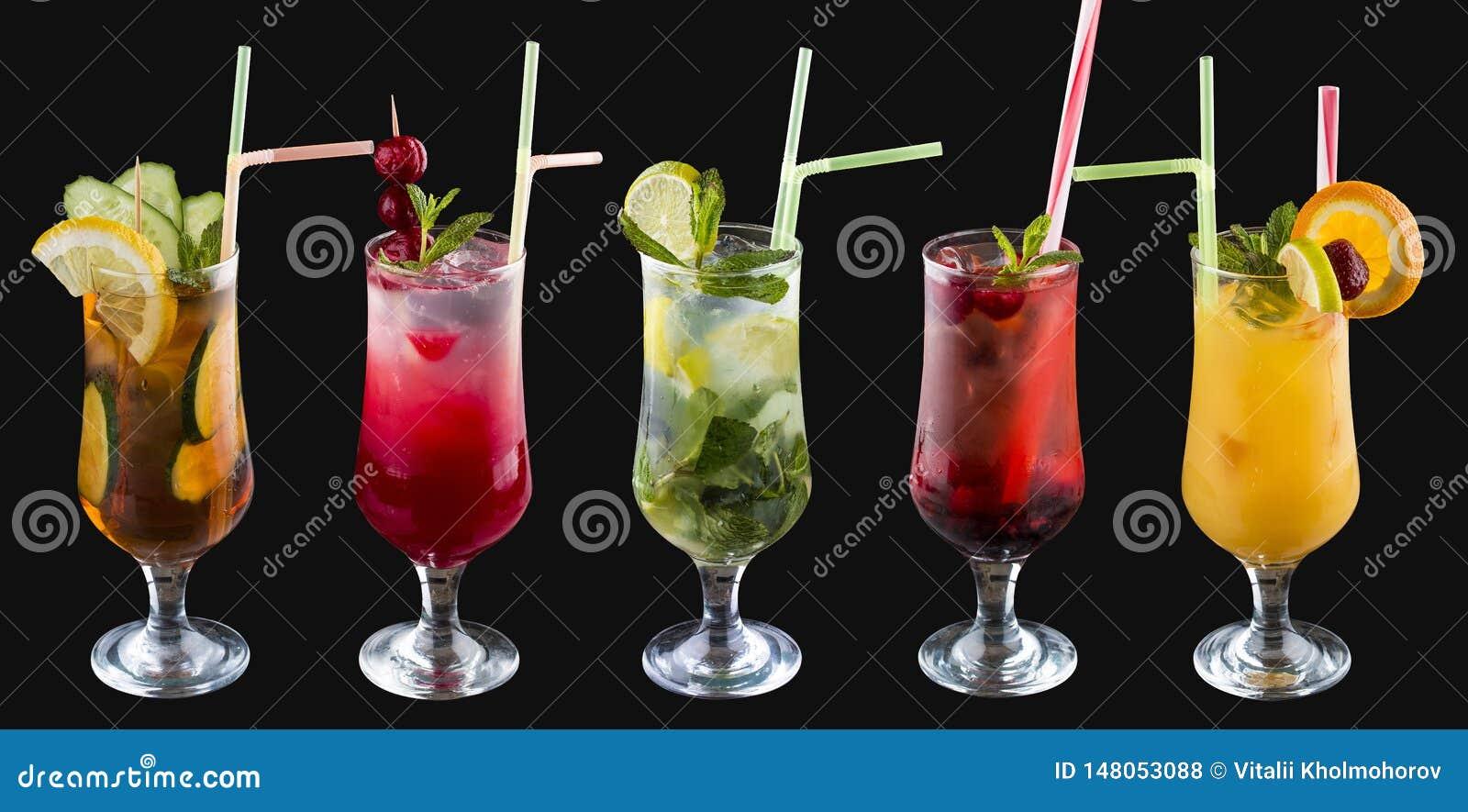 Набор холодных напитков лета в стеклах На черной предпосылке