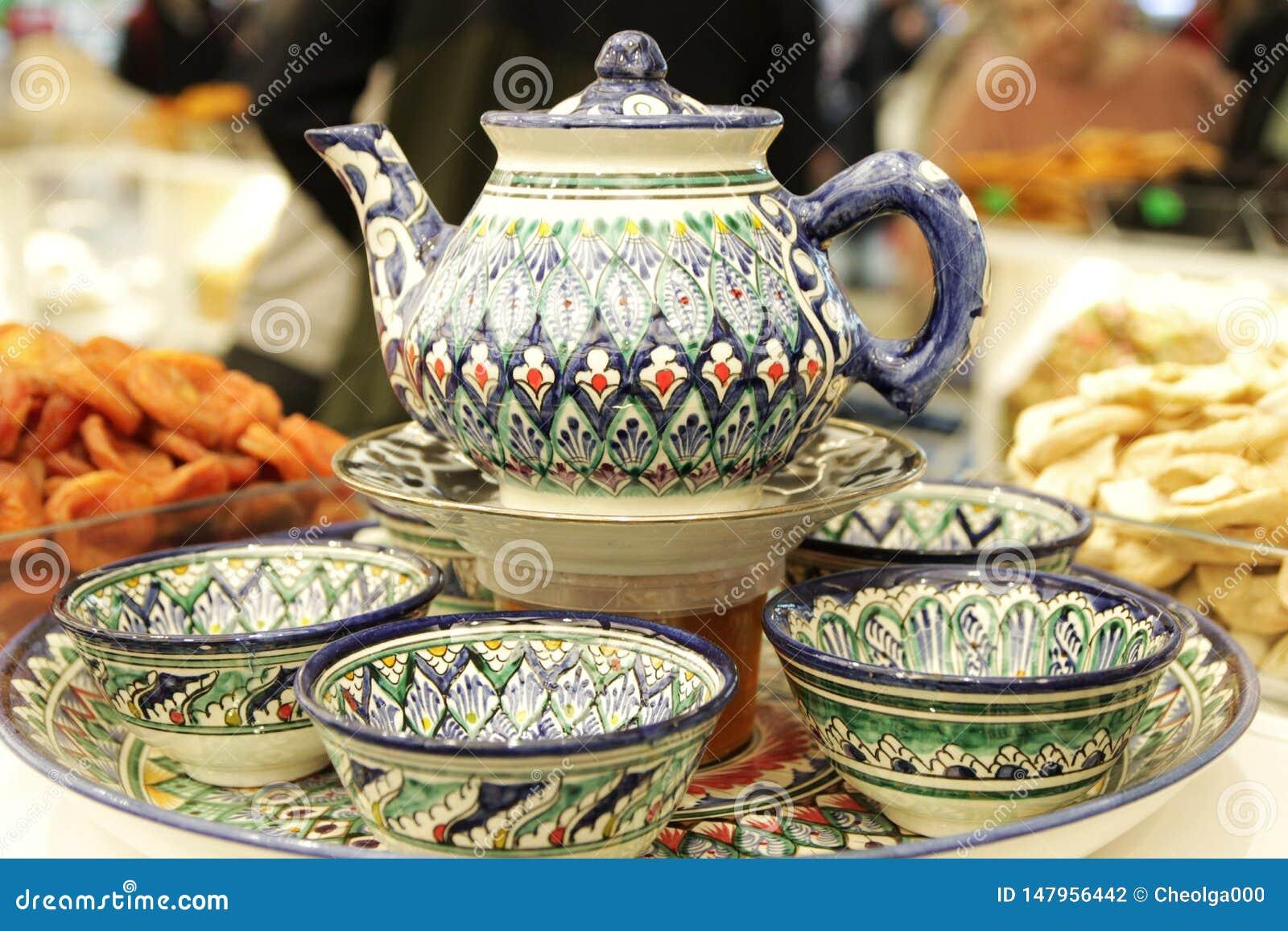 Набор чая, чайник, чашки, покрашенная турецкая керамика, помадки и высушенные плоды