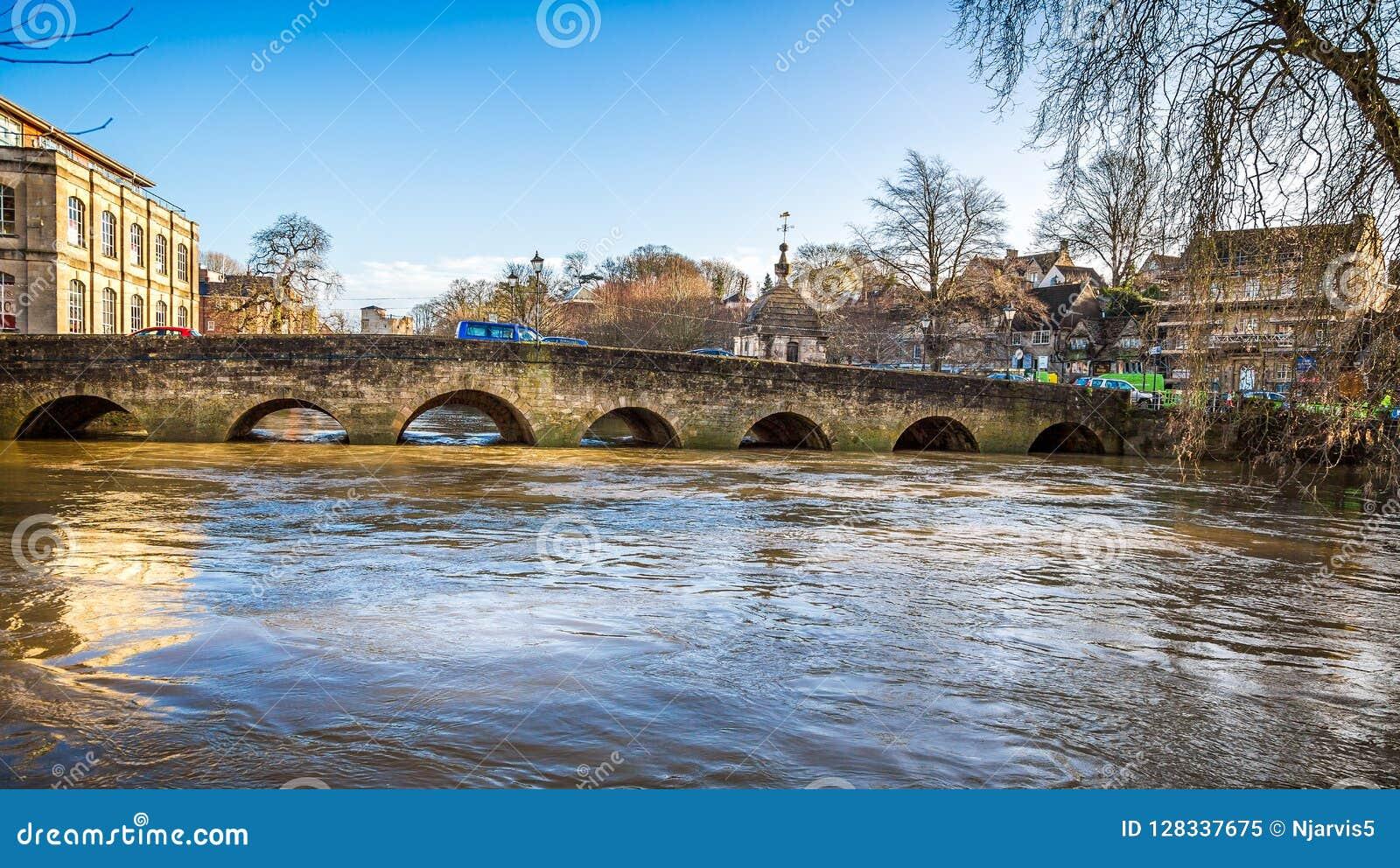 Нагнетаемые в пласт воды Эвона реки под Брэдфордом на мосте Эвона в Уилтшире, Великобритании