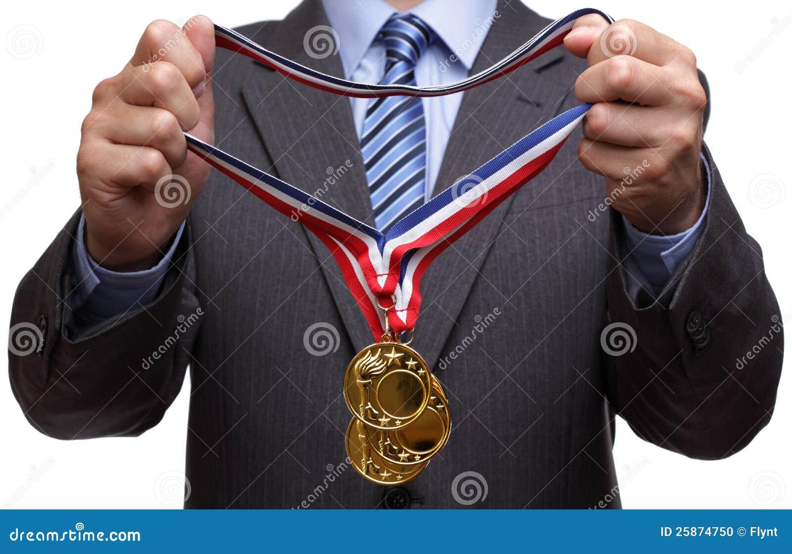 Награждать золотую медаль