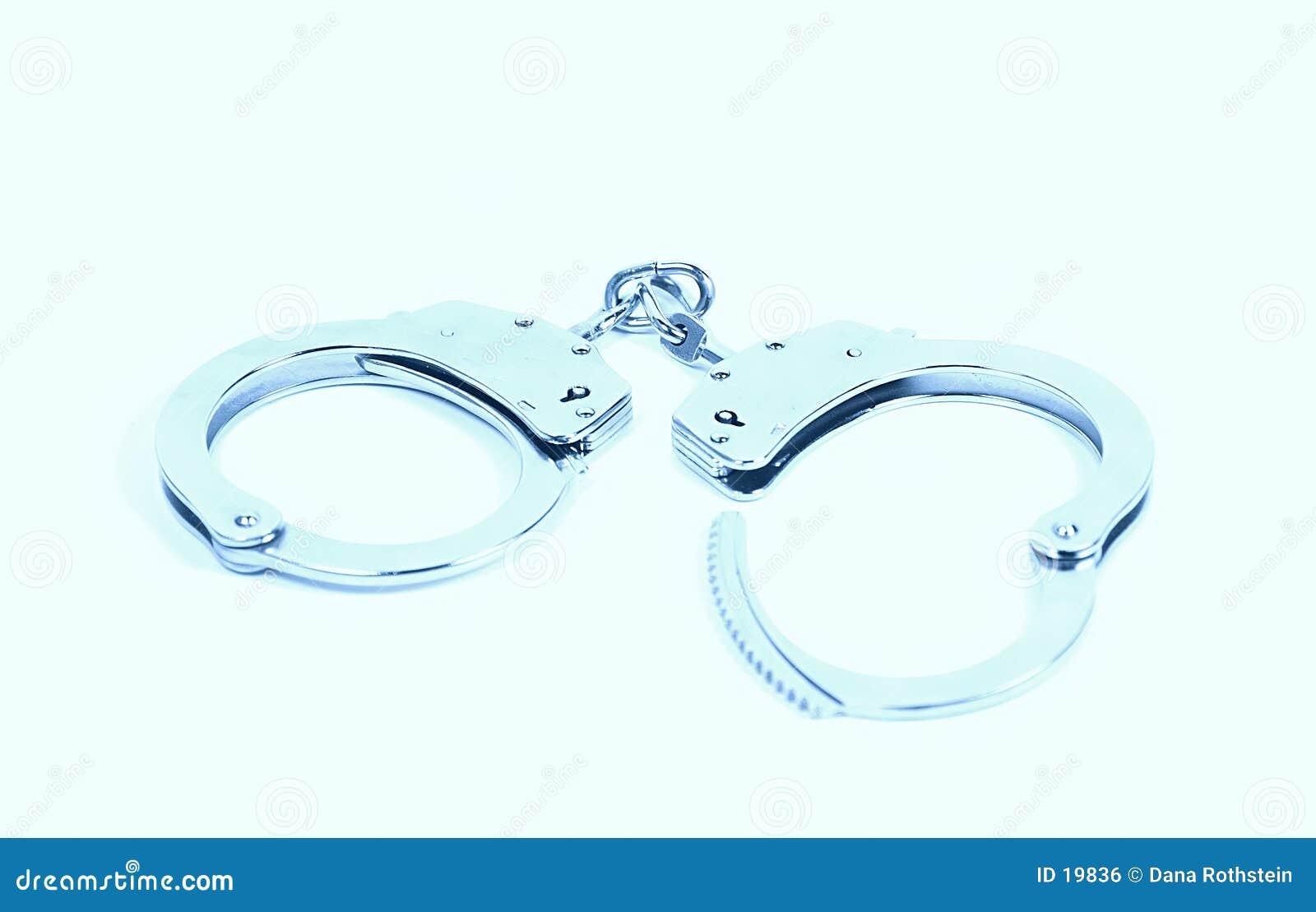 надевает наручники светлое тоновое изображение