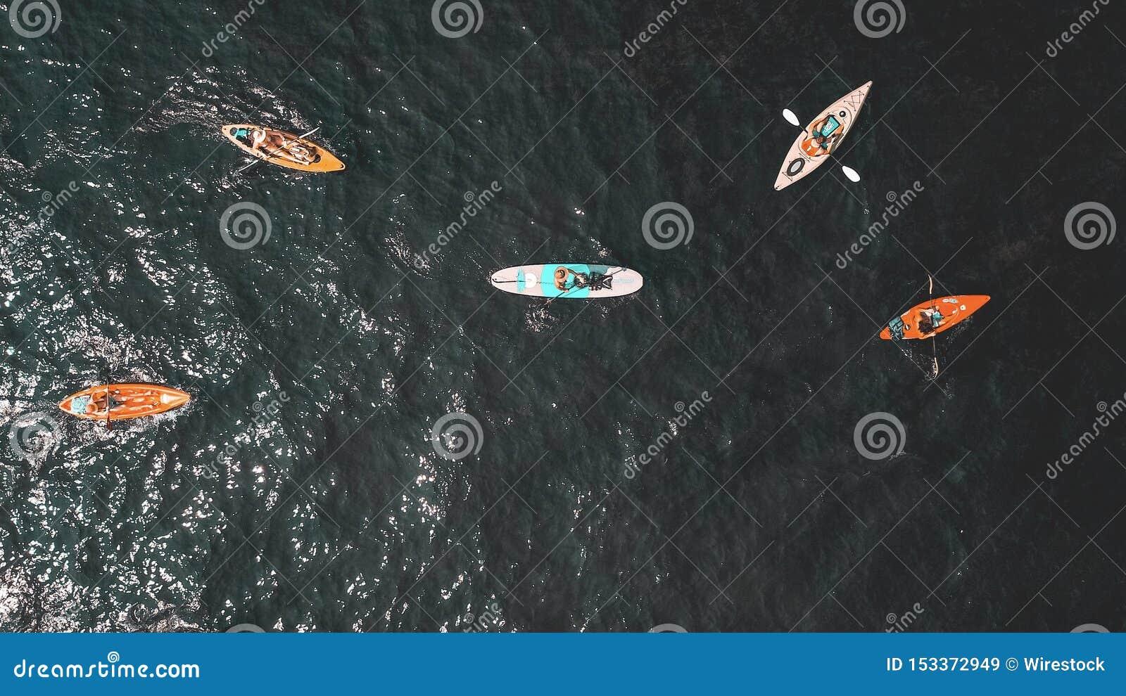 Надземная съемка людей в небольших rowboats в воде