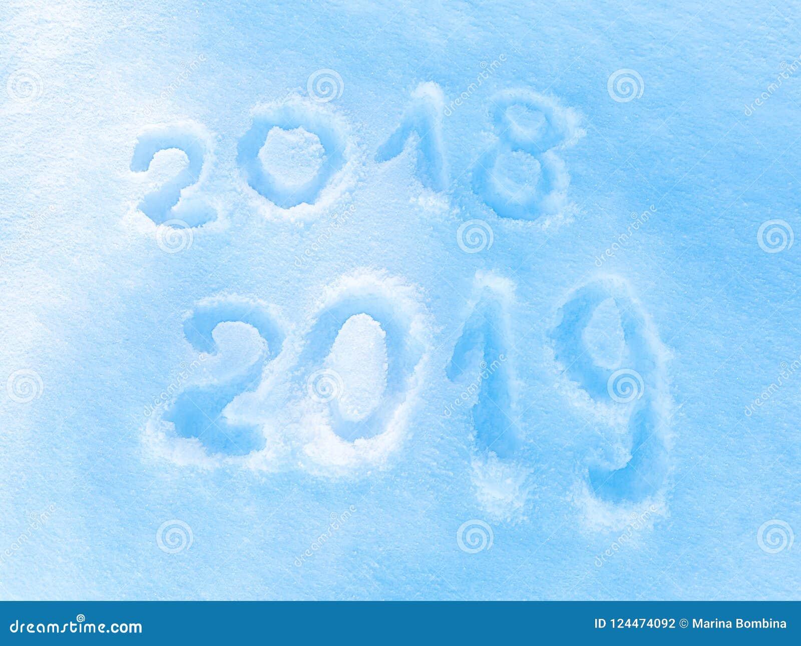Надпись 2018 2019 на снеге, символ Нового Года