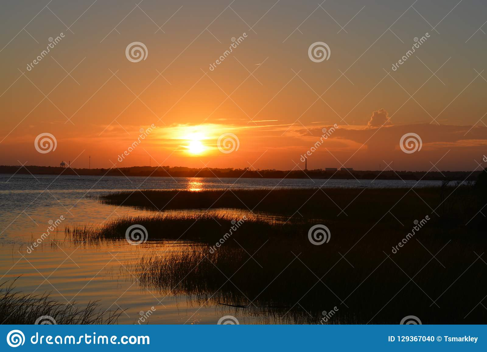 над водой захода солнца
